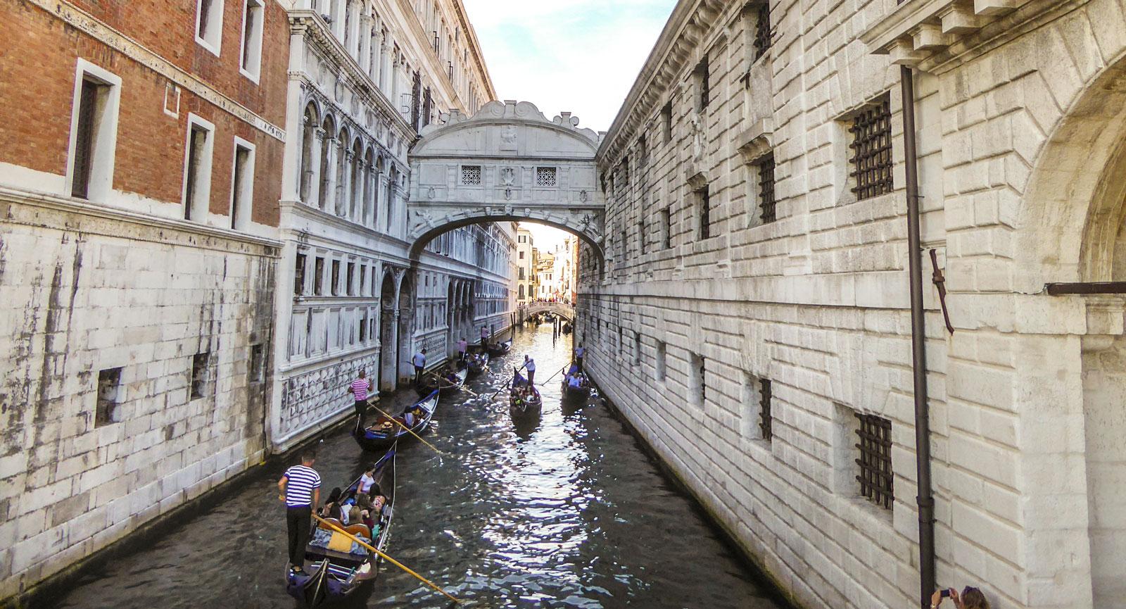 Venedig är ett måste på en bröllopsresa, enligt Debbie och Anna.
