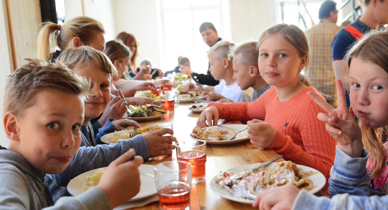 Mersmak. Lunchbuffén faller de flesta barn i smaken. Köttbullar, prinskorv och pannkakor är några av alternativen som erbjuds.
