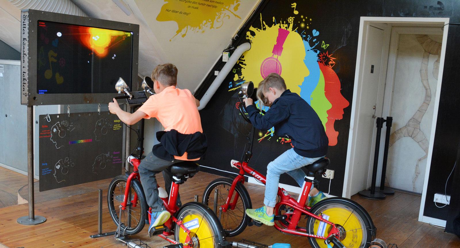 Varierat. Här gäller det att cykla för att påverka musiken som spelas i högtalarna. Musiken spelas glatt, sorgset eller argt beroende på hur man cyklar.