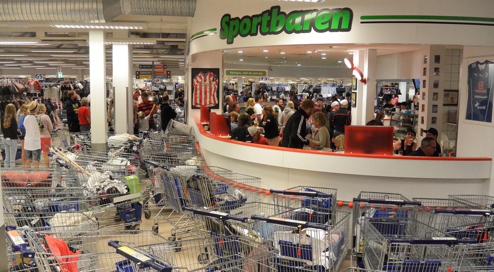 Kundvagnsparkeringen utanför den shoppingfredade zonen, Sportbaren.