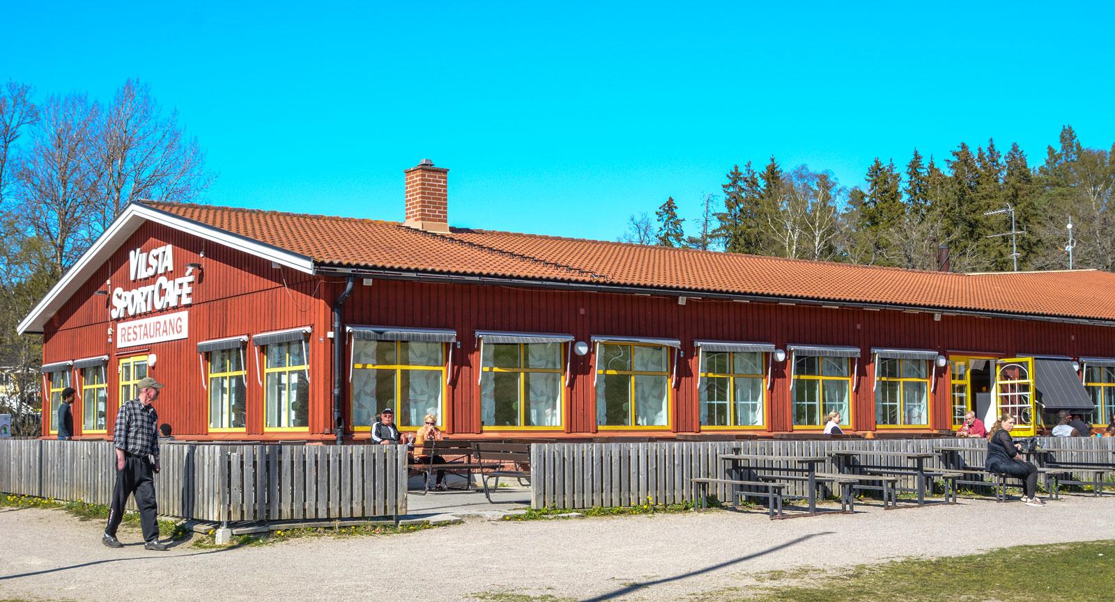 Vilsta Sportcafé har gott om godsaker samt sittplatser både ute och inne.