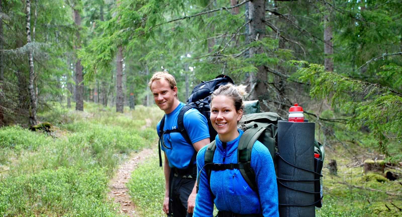 Stigfinnarna Joacim och Karin samt Niclas vandrar. Vandring är en perfekt aktivitet att kombinera med fritidsfordonet som basläger.