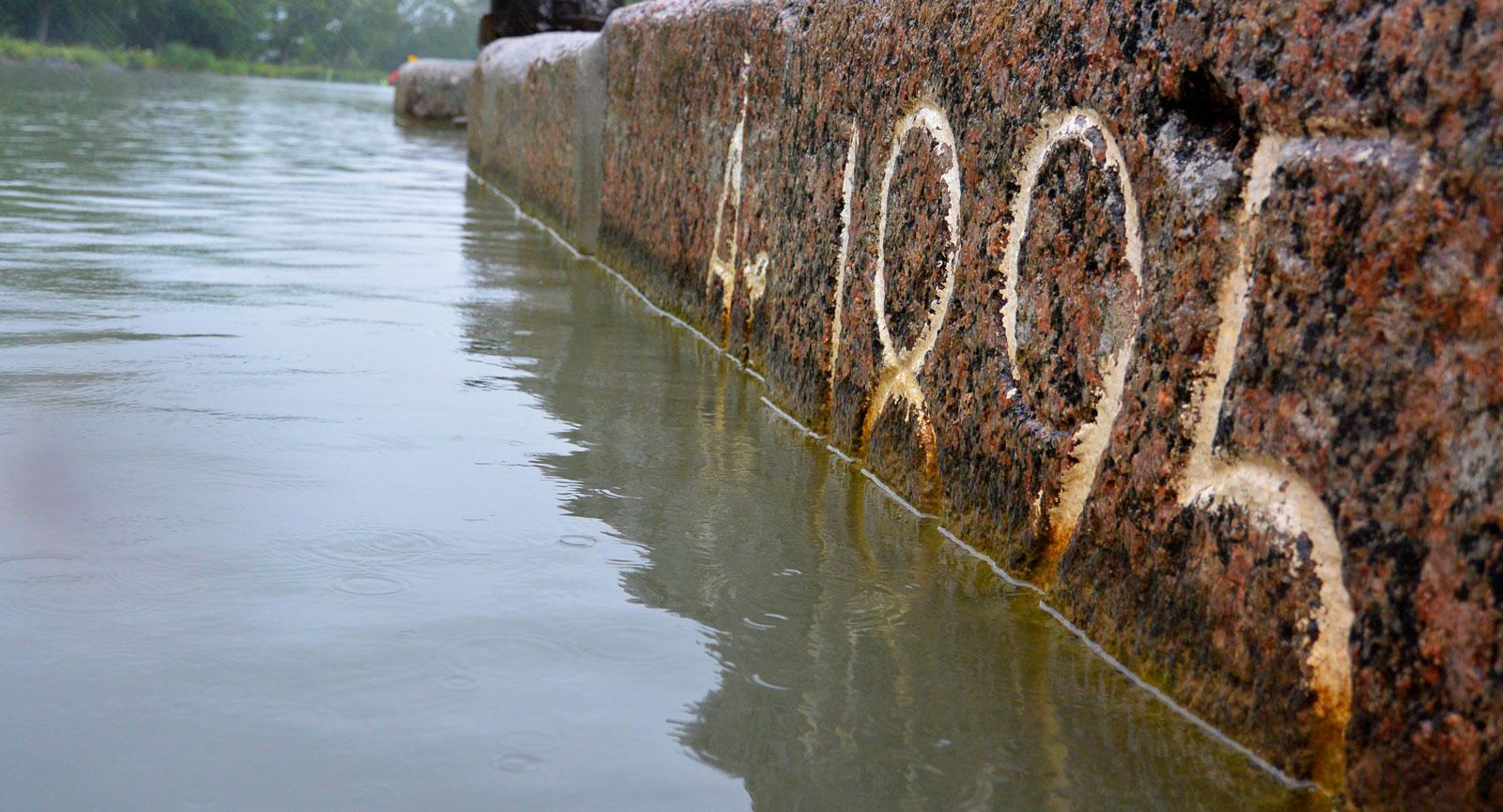 På många platser blir man påmind om Göta kanals långa historia.