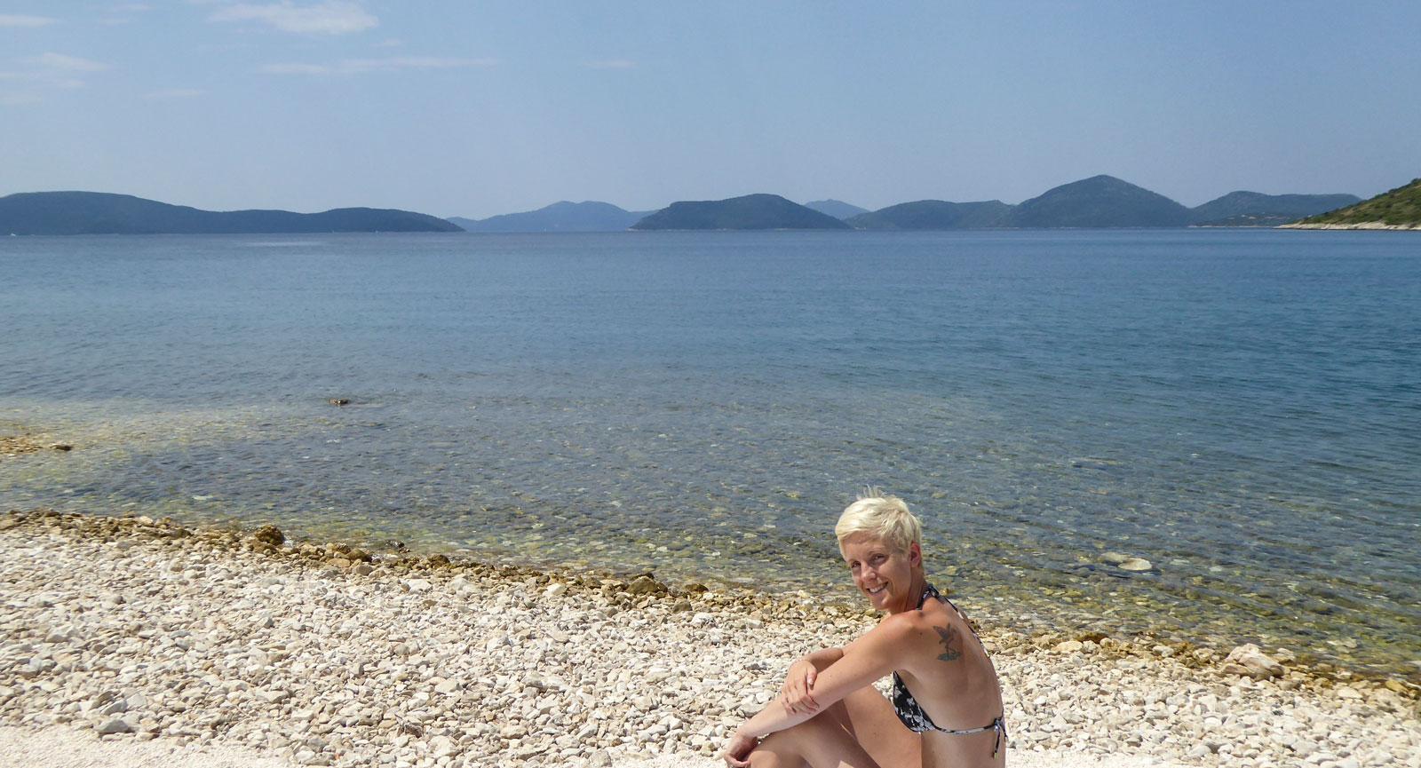 Anna på en av Kroatiens alla vita stenstränder.