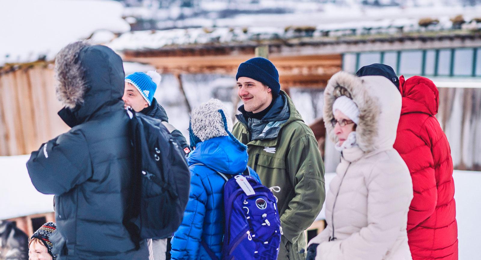 nyfikna. Christian tar emot ett gäng turister som vill pröva på känslan att glida fram ljudlöst över snön med hundspann.