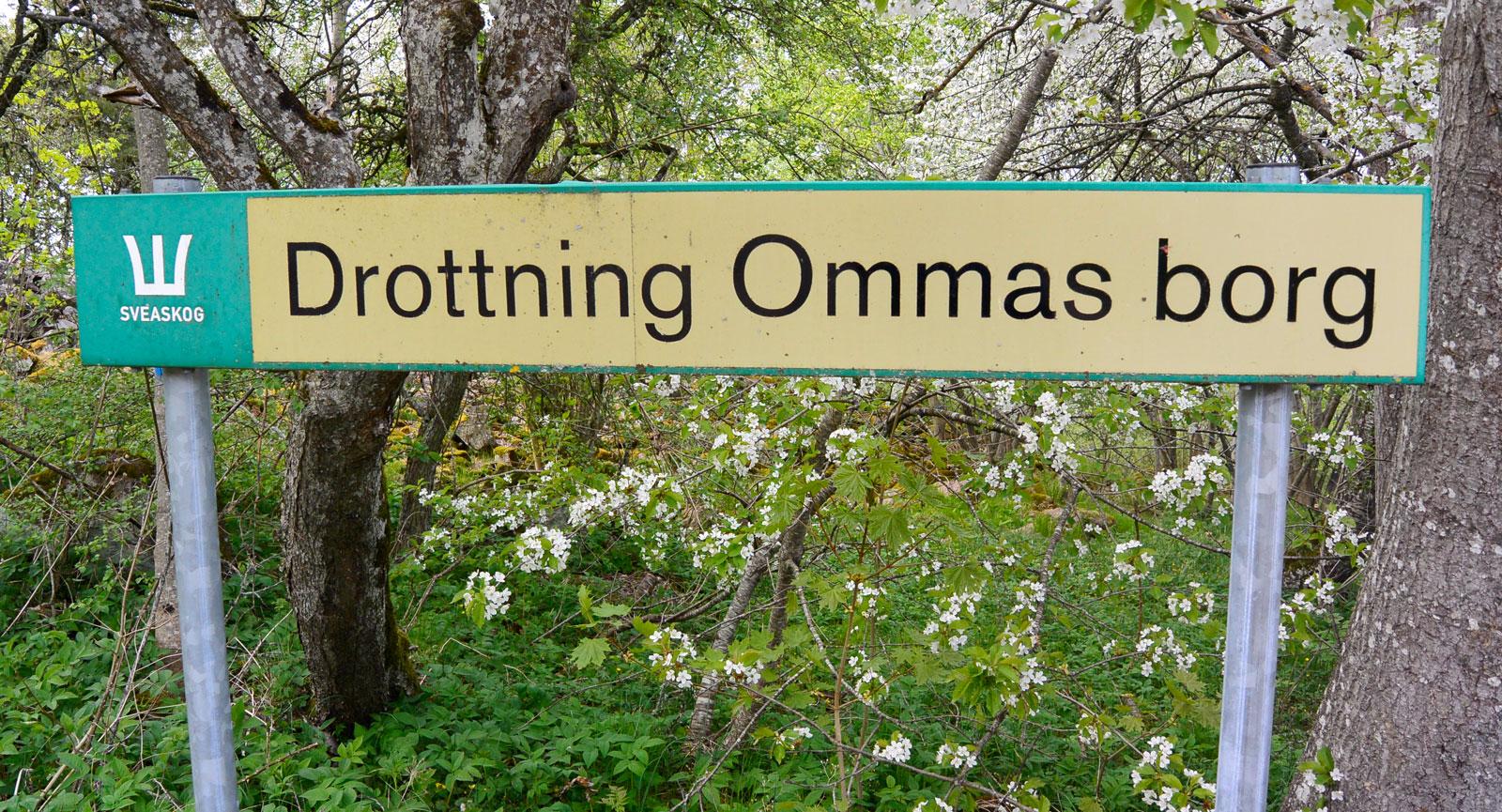 Fornlämningarna av drottning Ommas borg kan ses på Ombergs nordligaste del. Hit tar man sig enkelt med (hus)bil.