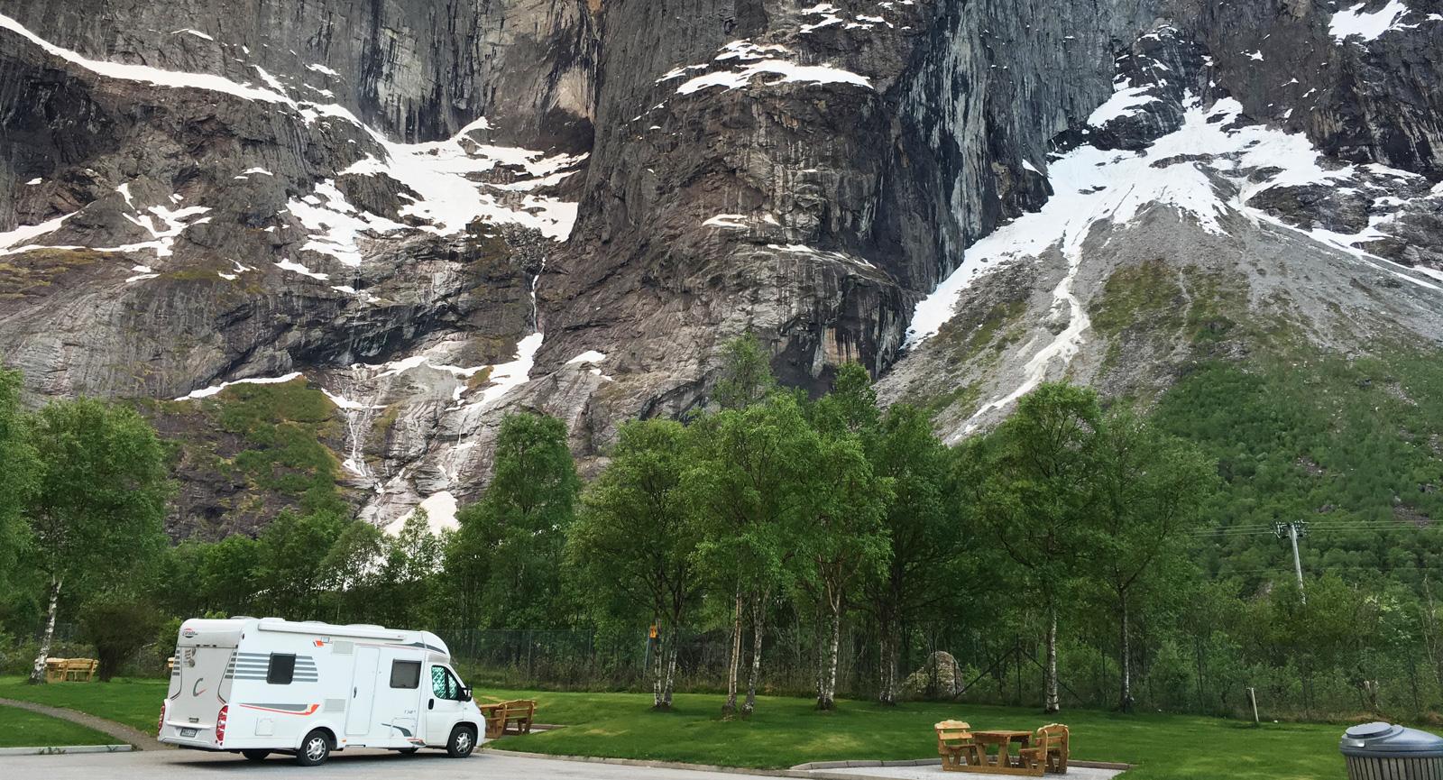 Trollväggens lodräta brant är 1000 m hög och hela berget är 1700 m högt.  Camping och parkering finns intill.