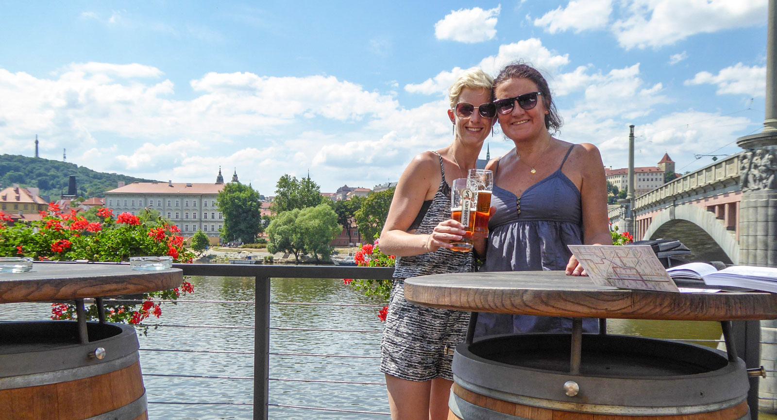 Anna och Debbie åkte på bröllopsresa med husbilen i Europa. Här i Prag.