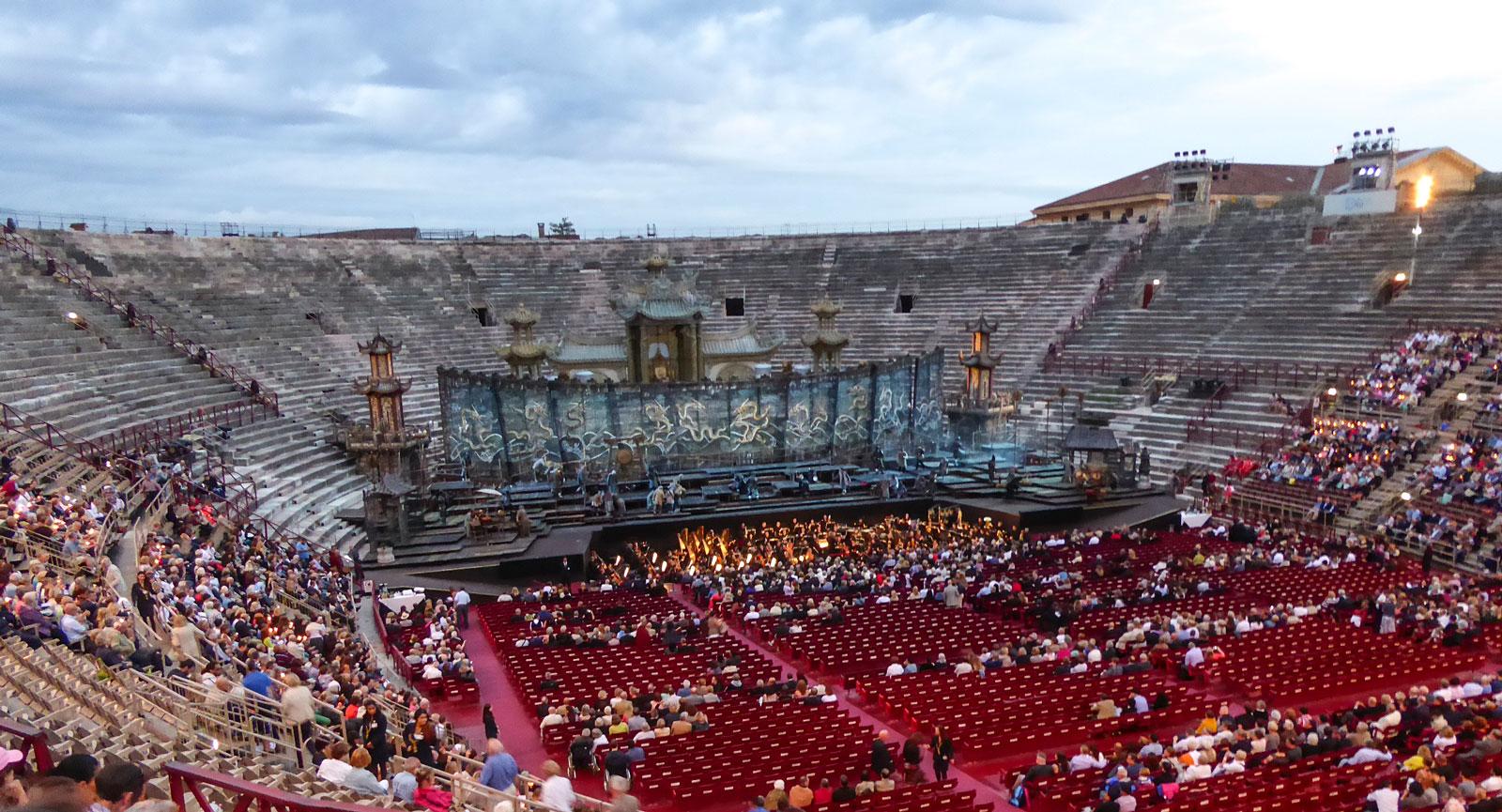 I Italien passar det att se klassiska verk. Här i Verona såg Debbie och Anna Turandot.