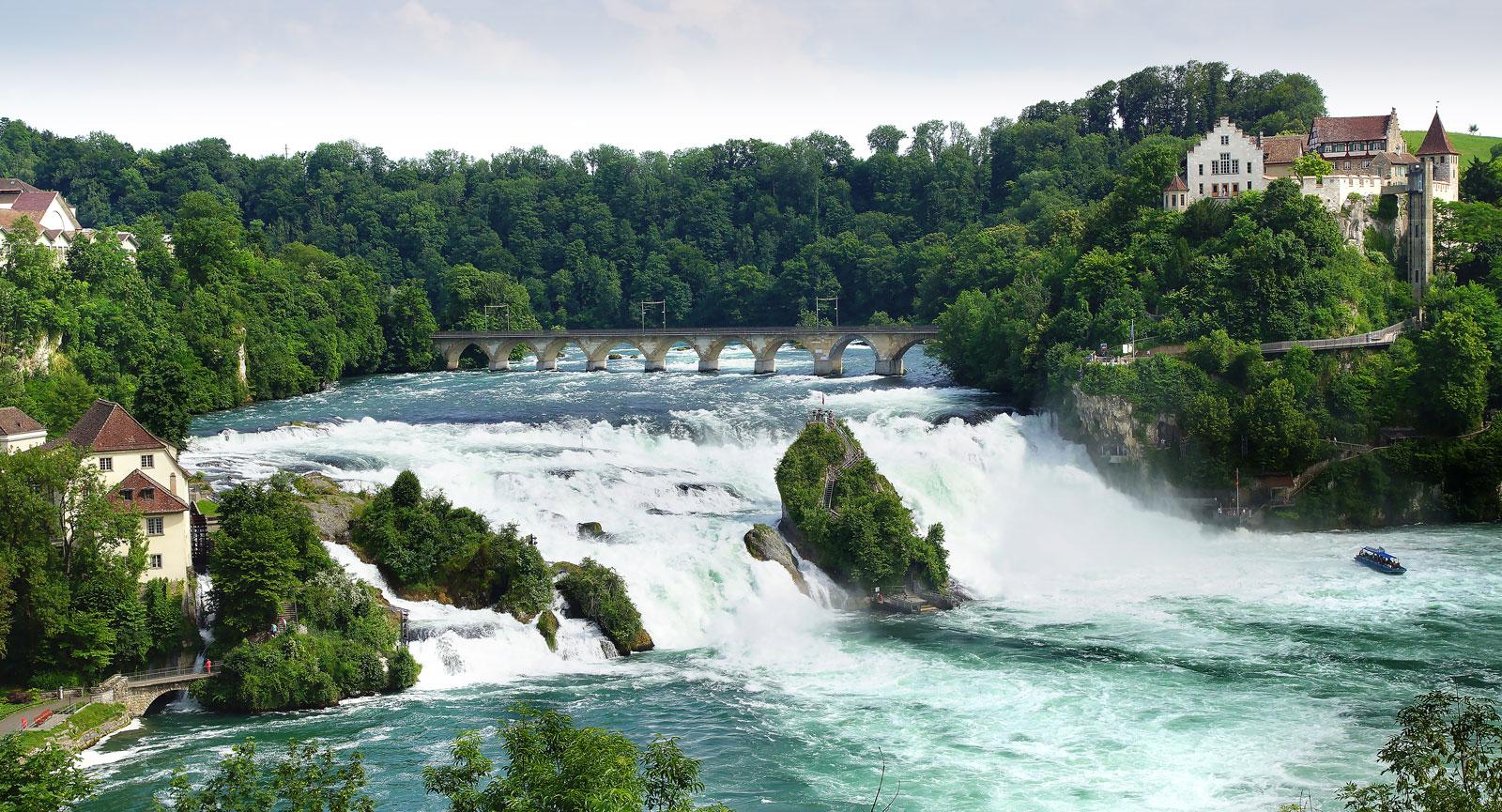 Magnifika Rhenfallet i floden Rhen är Europas nästa största vattenfall och en mäktig upplevelse för barn och vuxna.