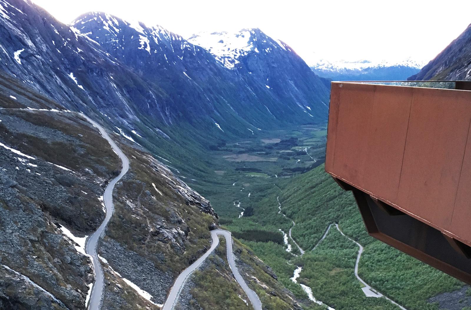 Trollstigen är i dag 4–6 meter bred och det finns mötesplatser, men man blir ändå svettig om händerna om man är höjdrädd.