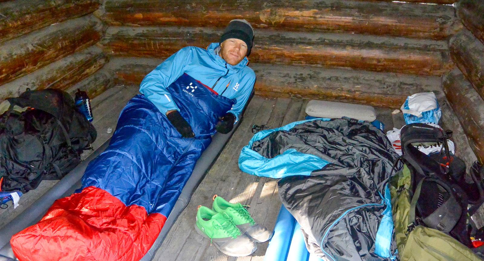 Morgonsolen letar sig in i vindskyddet och det är dags att kravla sig ur sovsäcken.