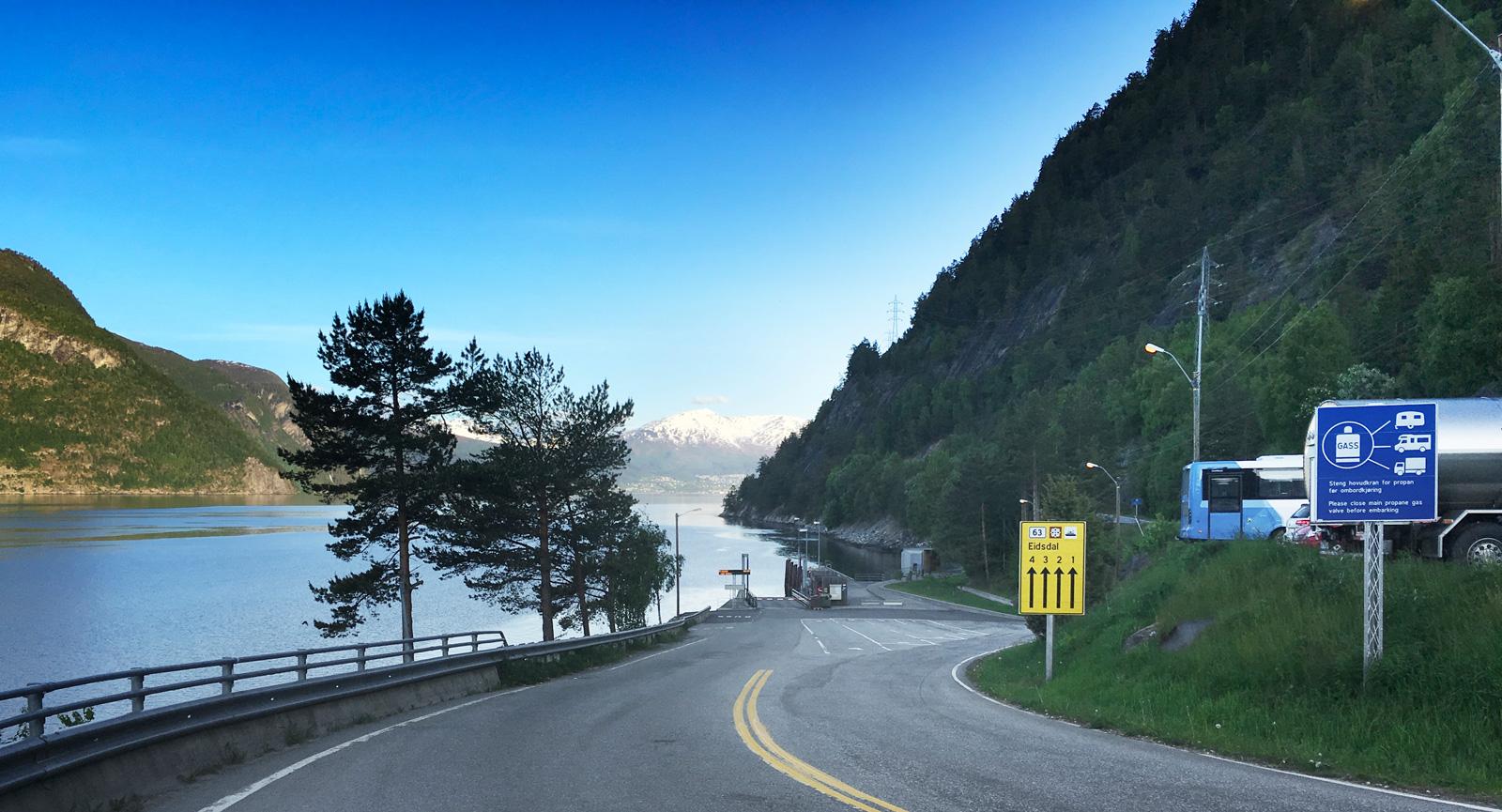 Färden går vidare ned till den vackra färjeöverfarten i Eidsdal, längs sträckan mellan Trollstigen och Geiranger.