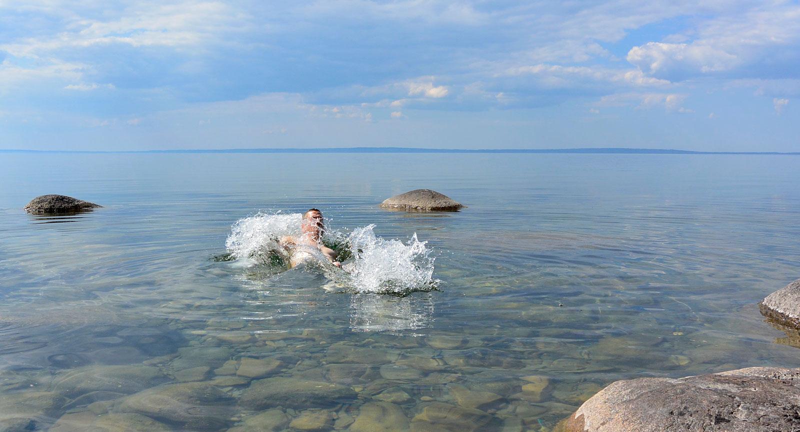 Ett bad i Vätterns kalla vatten ger härlig svalka och får fart på kroppen.