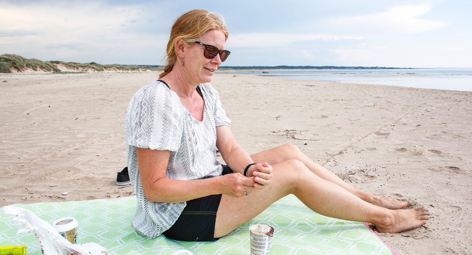 Glöm inte att ta med fikakorgen och njuta av kaffe och bullar på stranden.