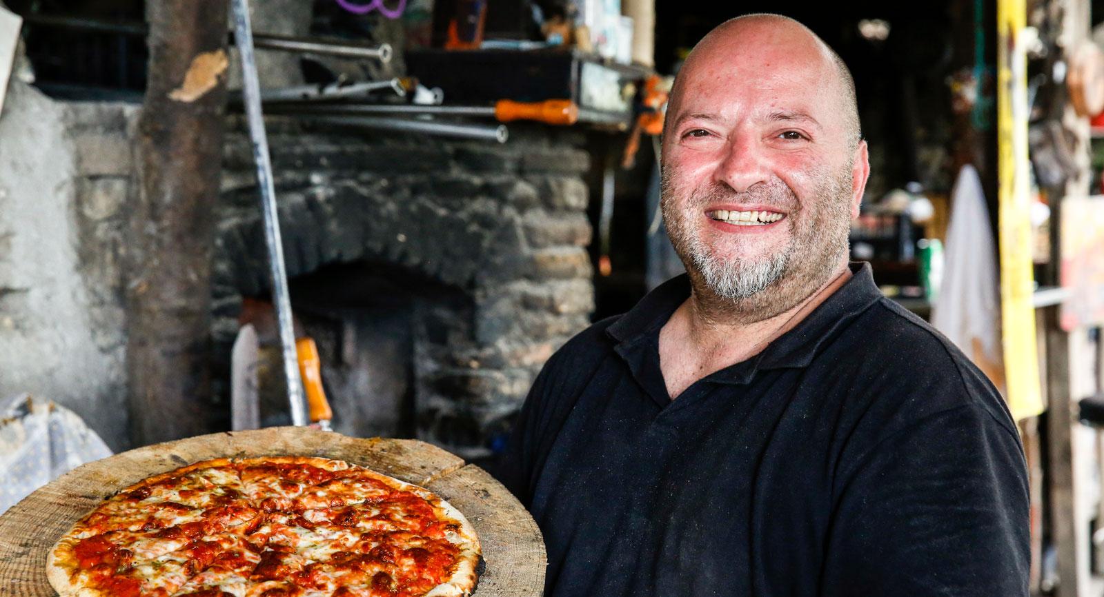 """Kocken """"Jackie"""" serverar en underbart god stenugnsbakad pizza."""