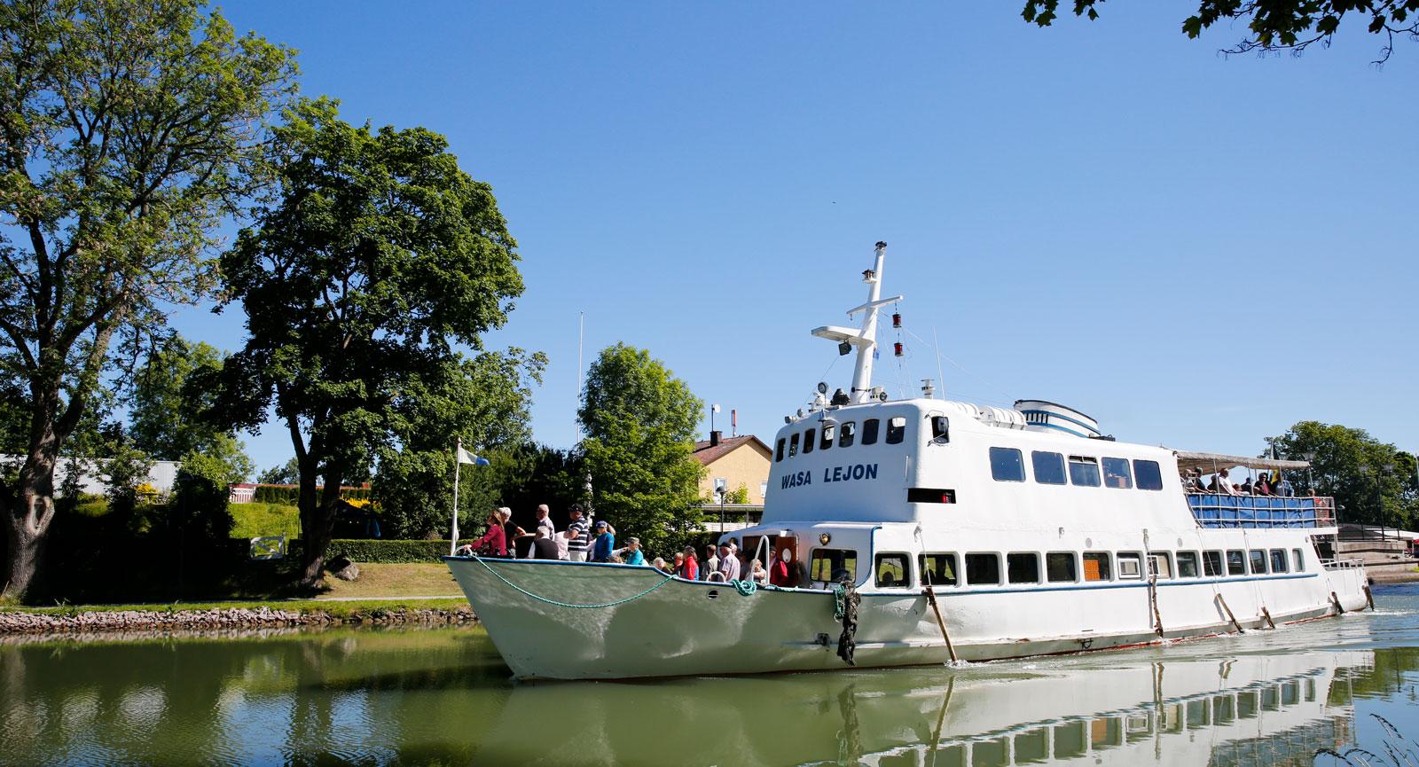 Njut av en kryssning till Borensberg ombord på M/S Wasa Lejon.