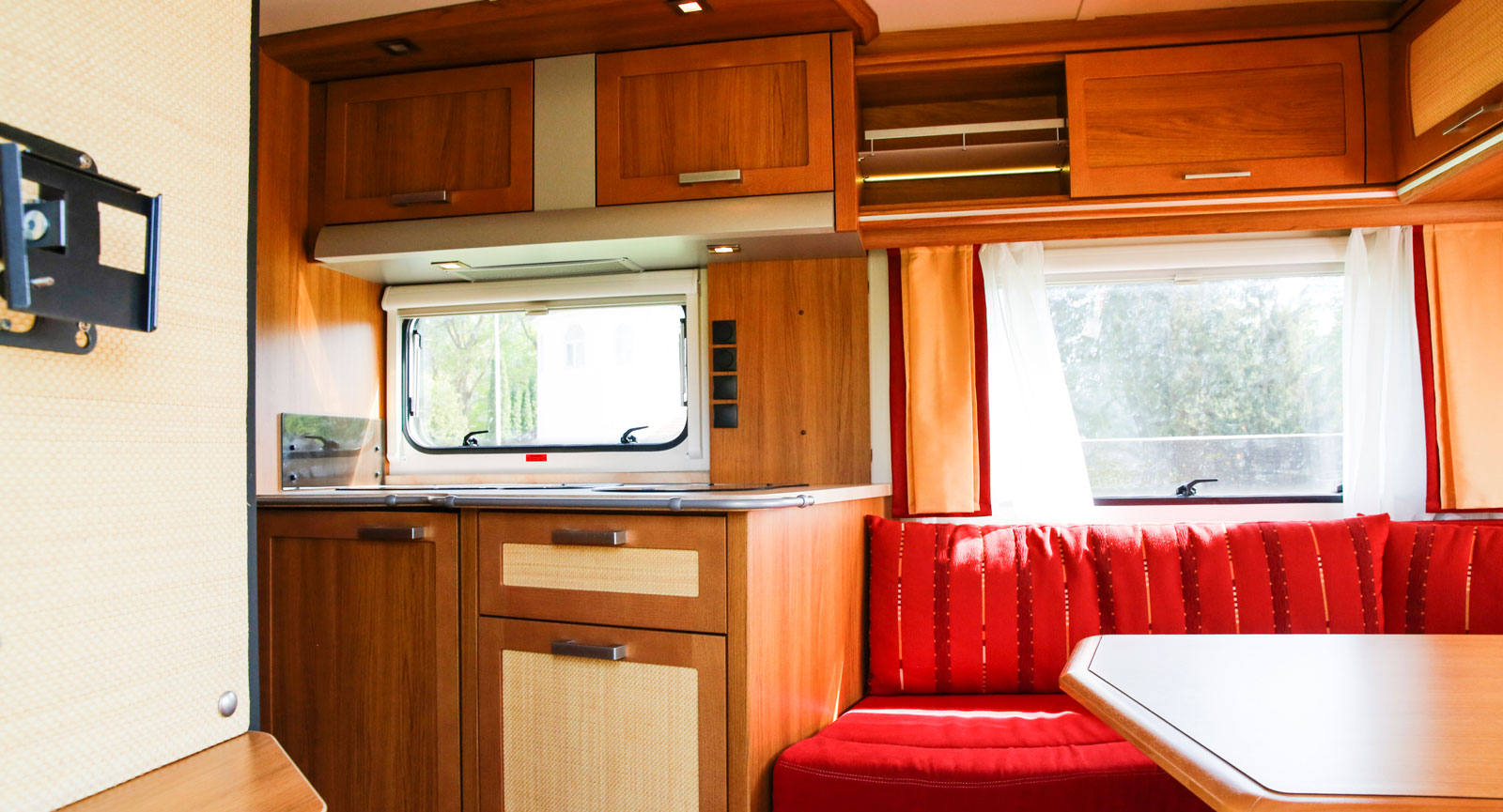 Den öppna planlösningen och alla ljusinsläpp gör att vi gillar Knaus Royale 580 UEG. Köket är dock  inte det största vi sett.