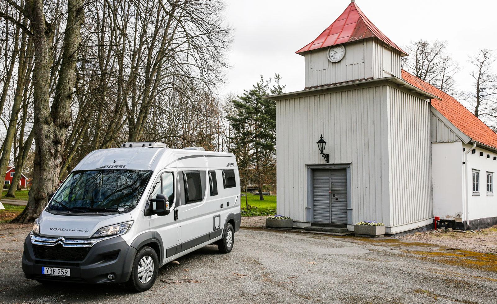 Men en liten kompakt husbil behöver man aldrig dra sig för att åka in på småvägar som leder till spännande sevärdheter. Elleholms kyrka, Blekinge.