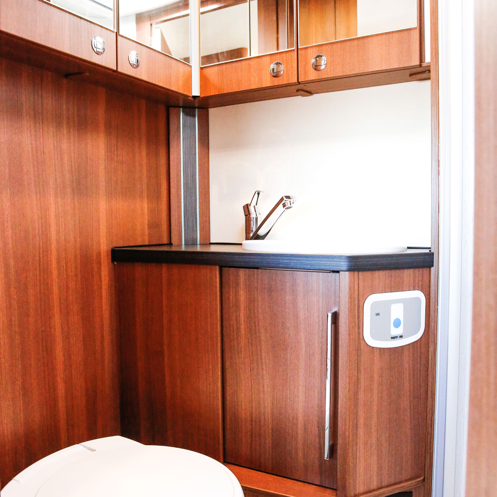 Det rymliga badrummet har flera praktiska förvaringsutrymmen.