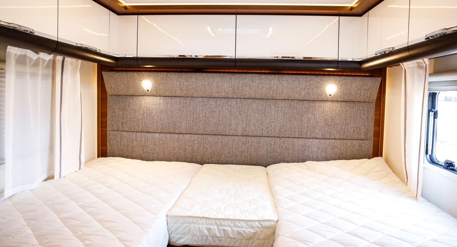 Långbäddarna görs enkelt om till en stor dubbelsäng med hjälp av iläggsskivor och extramadrasser.