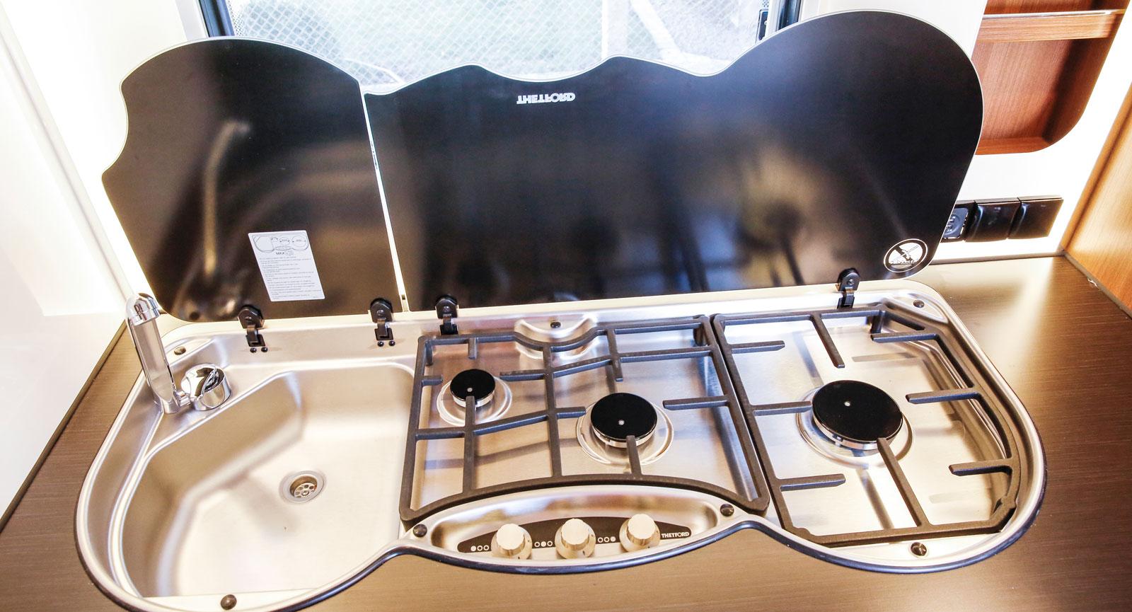 Köket har tre brännare med elektrisk gnisttändare.