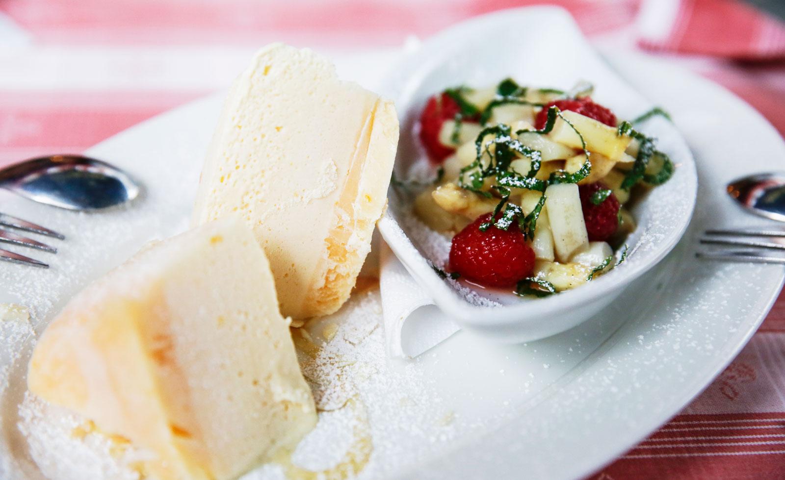 Dessert med smak av Tyskland, vit sparris, jordgubbar och glass.