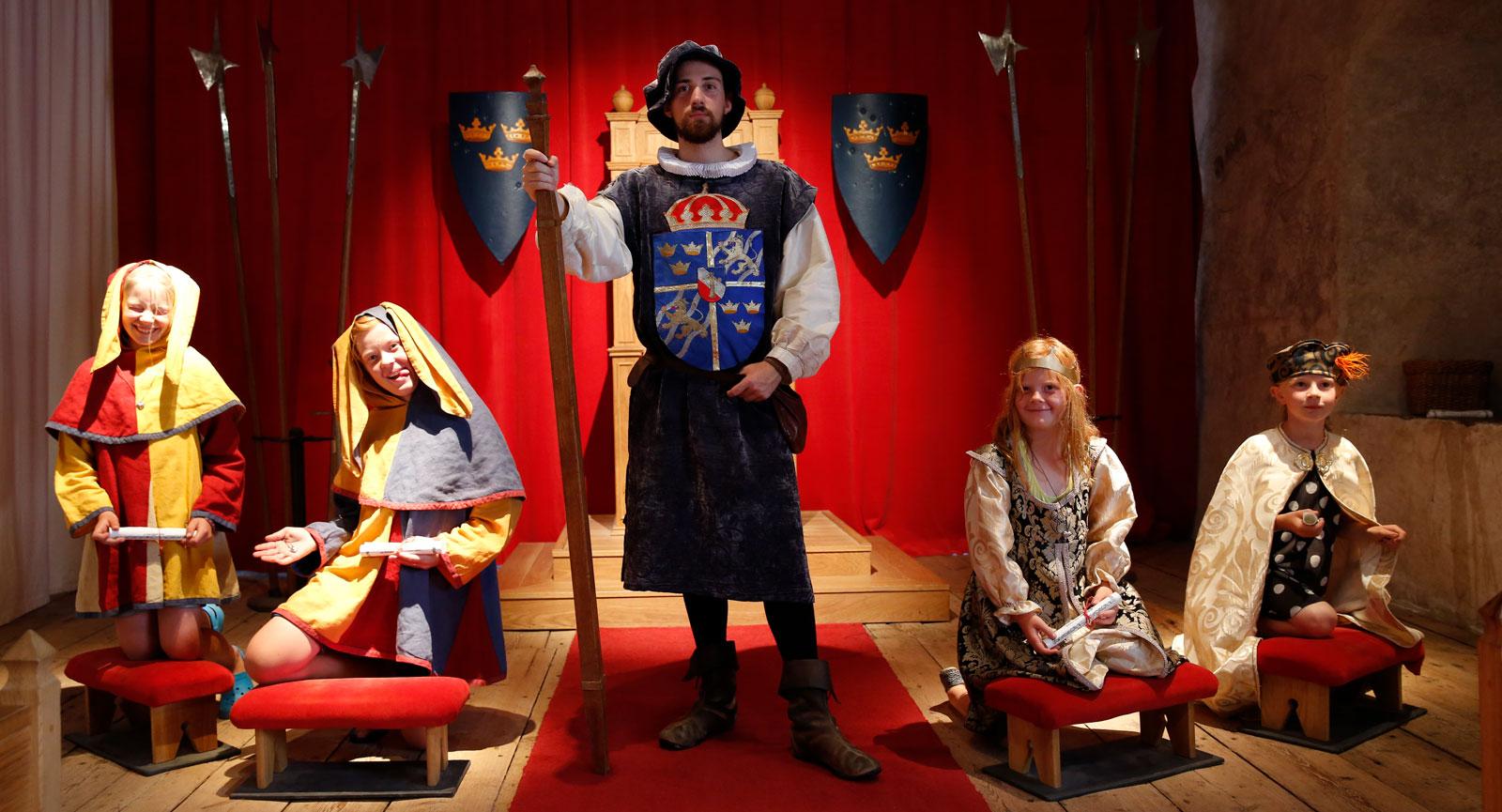 Låt barnen bli en del av Barnens slott där de bland annat får möjlighet att krönas till slottsfru, prins, hovnarr eller prinsessa på Kalmar slott.