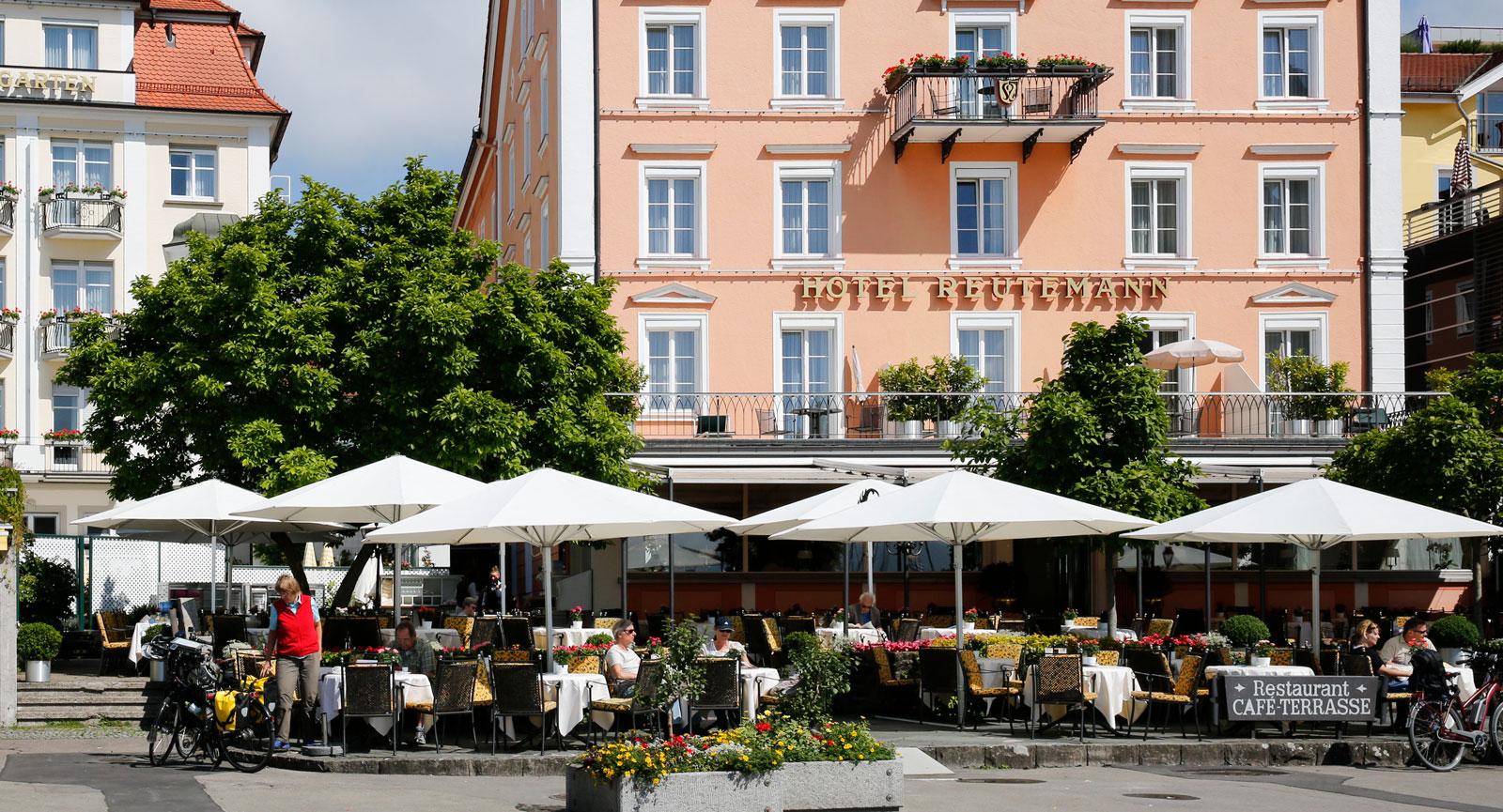 Slå dig ner på en uteservering vid Bayerischer Hof och njut av lokalproducerat öl i glaset.