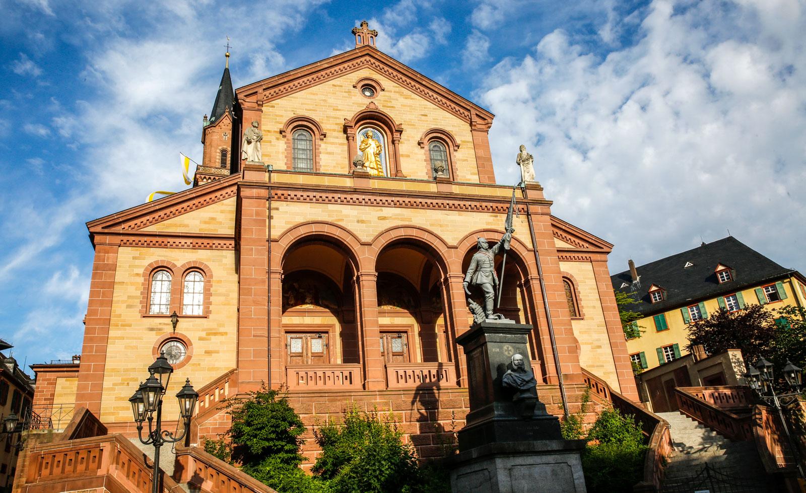 Sankt Laurentiuskyrkan på den övre delen av Marktplatz.