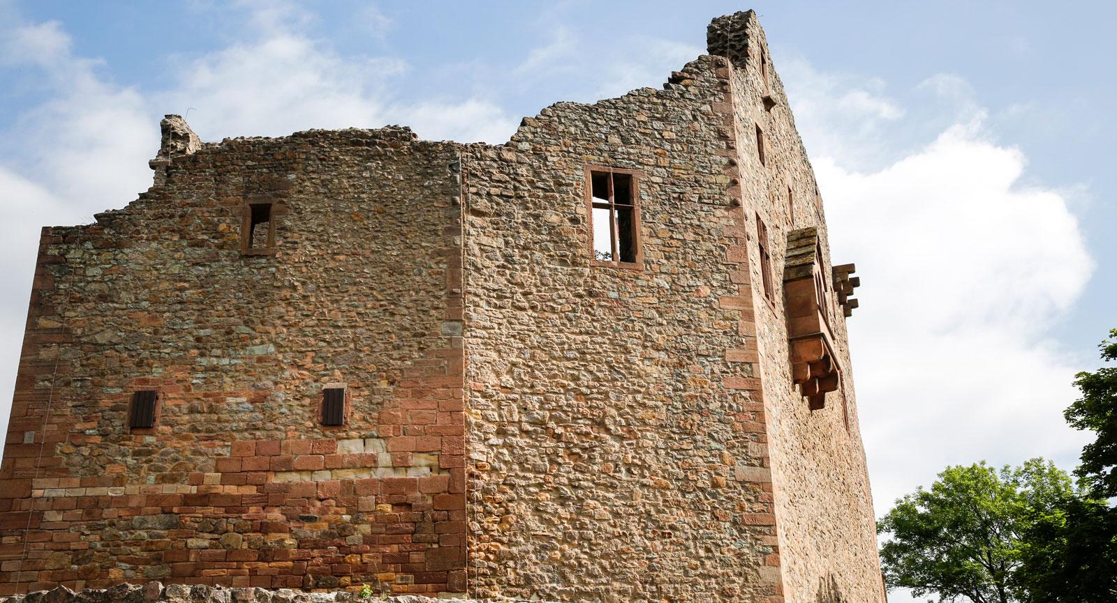 Ruinerna av slottet Windeck högt upp på bergssidan.