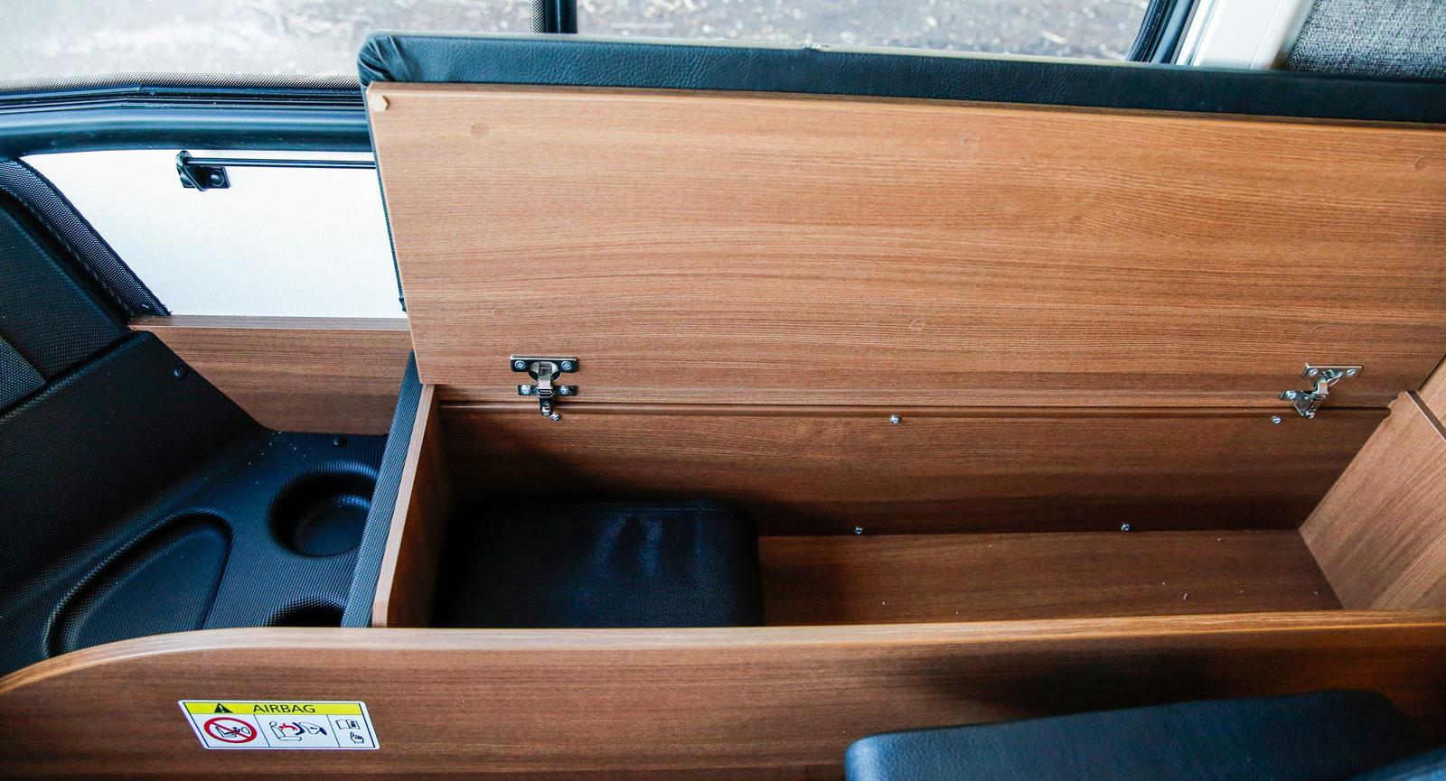 Generösa förvaringsutrymmen vid passagerarstolen.