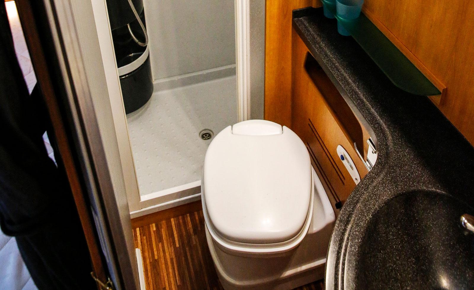 Toalett- och duschutrymmet saknar fönster. Däremot finns ljusinsläpp i taket.