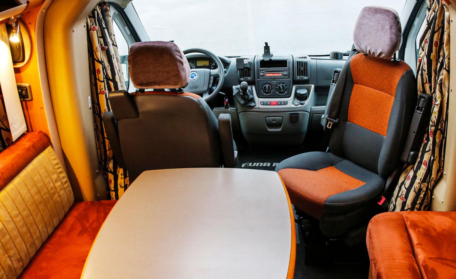 Tack vare rikligt med takfönster (fyra stycken) är Eura Mobil Contura 670 SB en ljus och tilltalande husbil.
