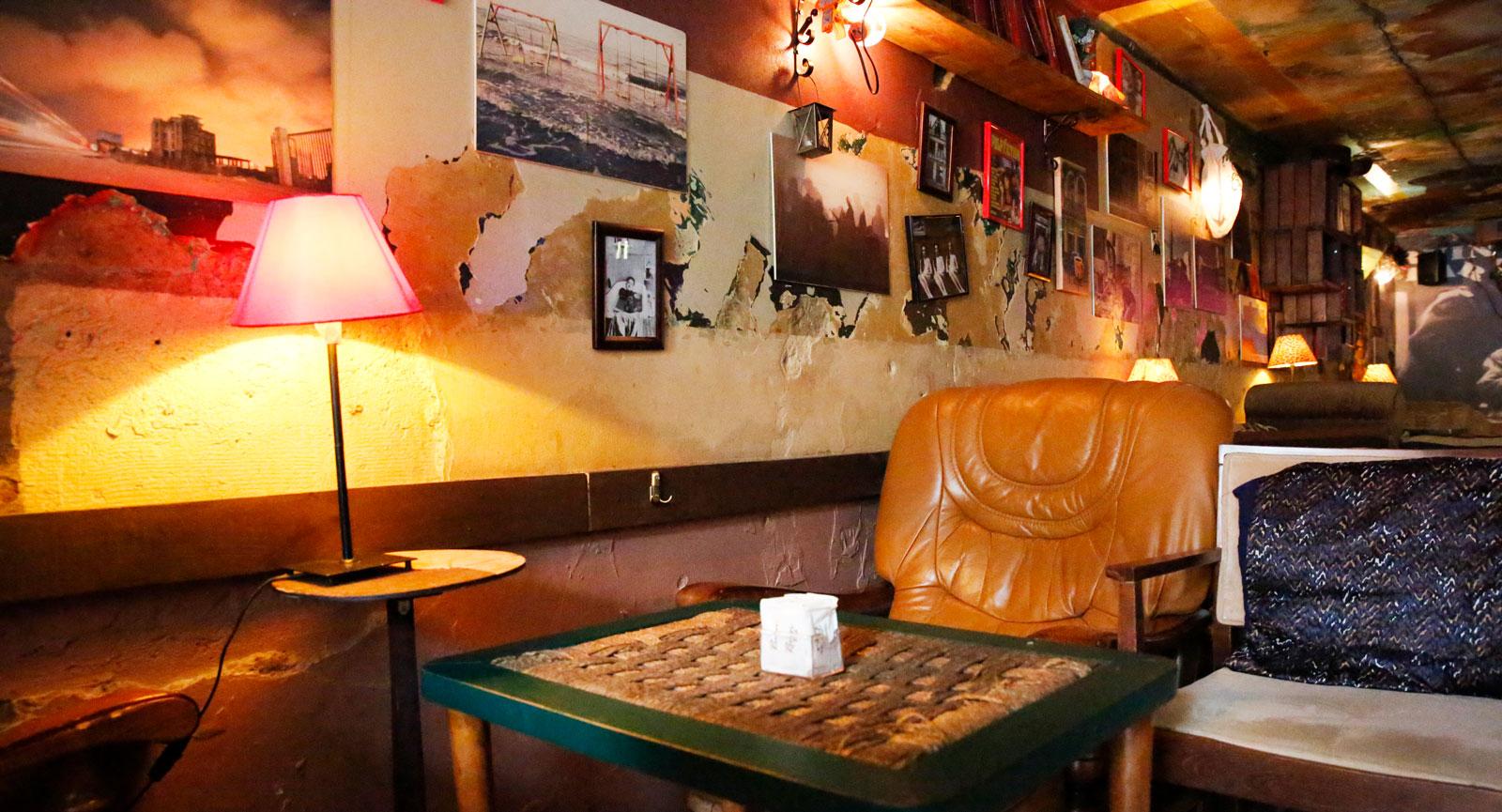 Ruin Bar på Rr Pjeter Bogdani, Block Area är ett klassiskt utehäng med skön atmosfär i Tirana.