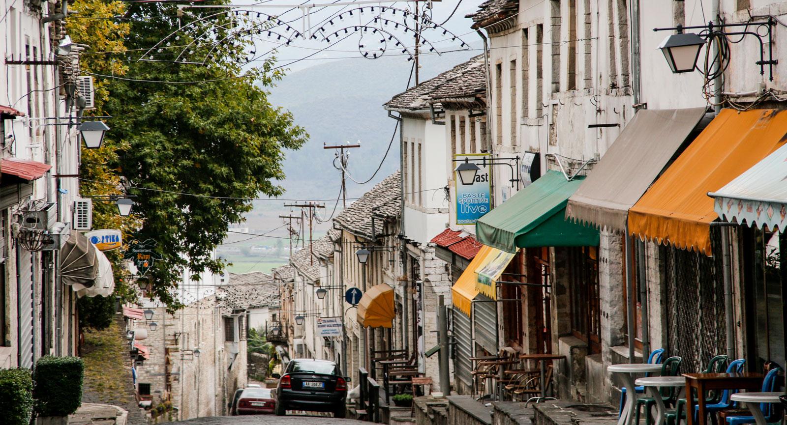 Affärsgator i stort behov av underhåll i Gjirokastra uppe i bergen.