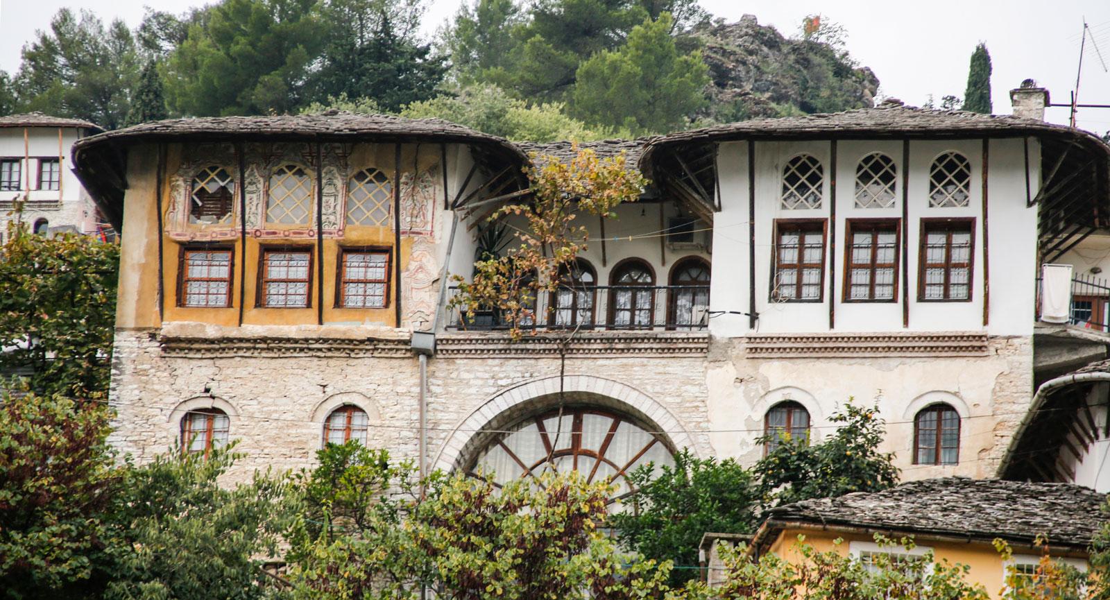 Fortfarande är behovet av renovering stort i Gjirokastra.