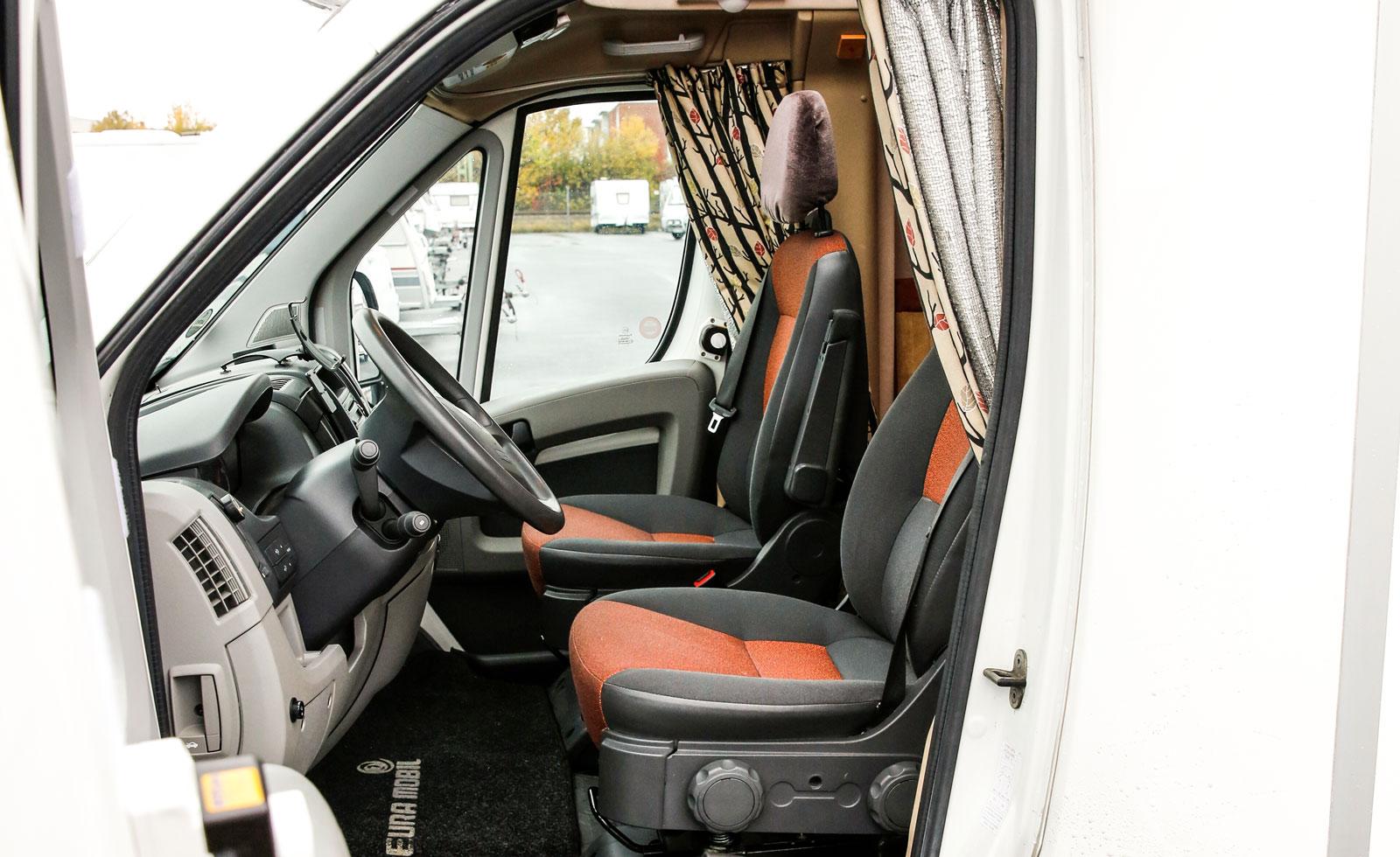 Dörrarna öppnar generöst och är enkla att manövrera. Det låga fotsteget gör det enkelt att kliva i och ur bilen.