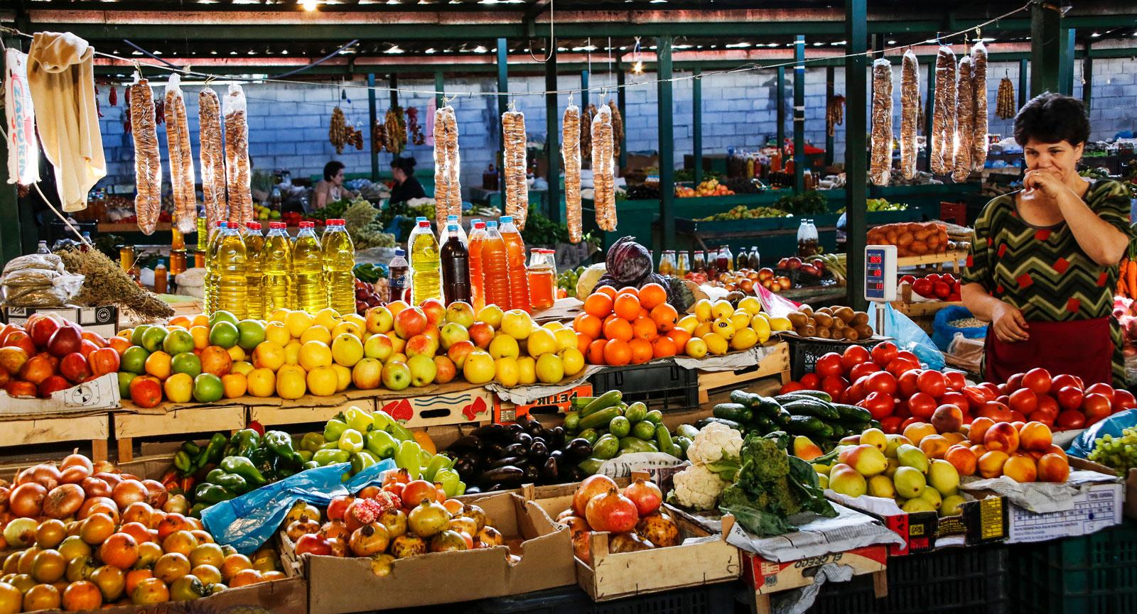 Färska kryddor, frukt och grönt. Gå runt och njut av Balkans rika utbud av grönsaker på marknaden i Saranda.