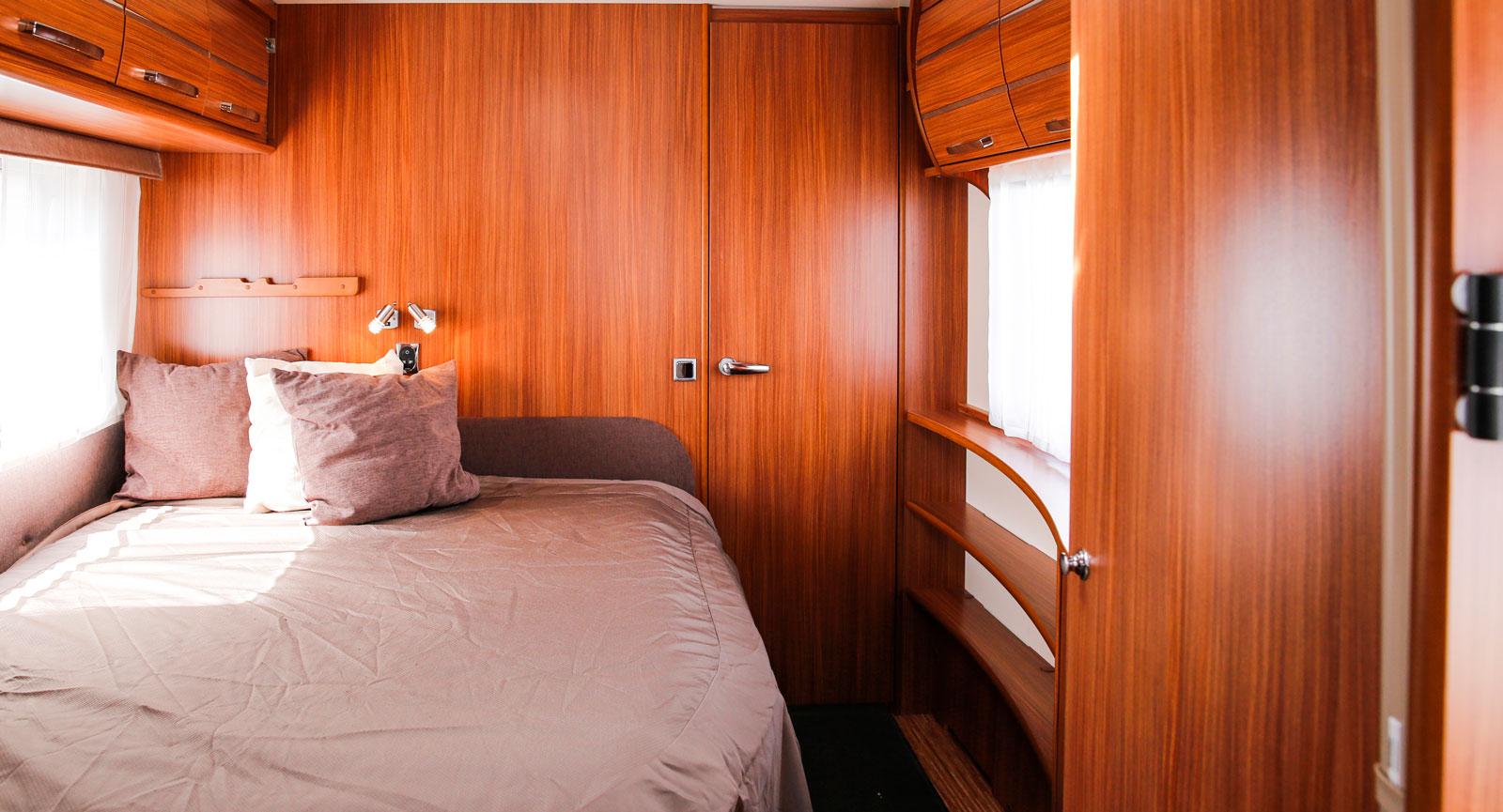 Sovrummet med så kallad fransk säng mot ena väggen. Sängen mäter 203 x 157 cm. Hyllor och skåp vid andra väggen.