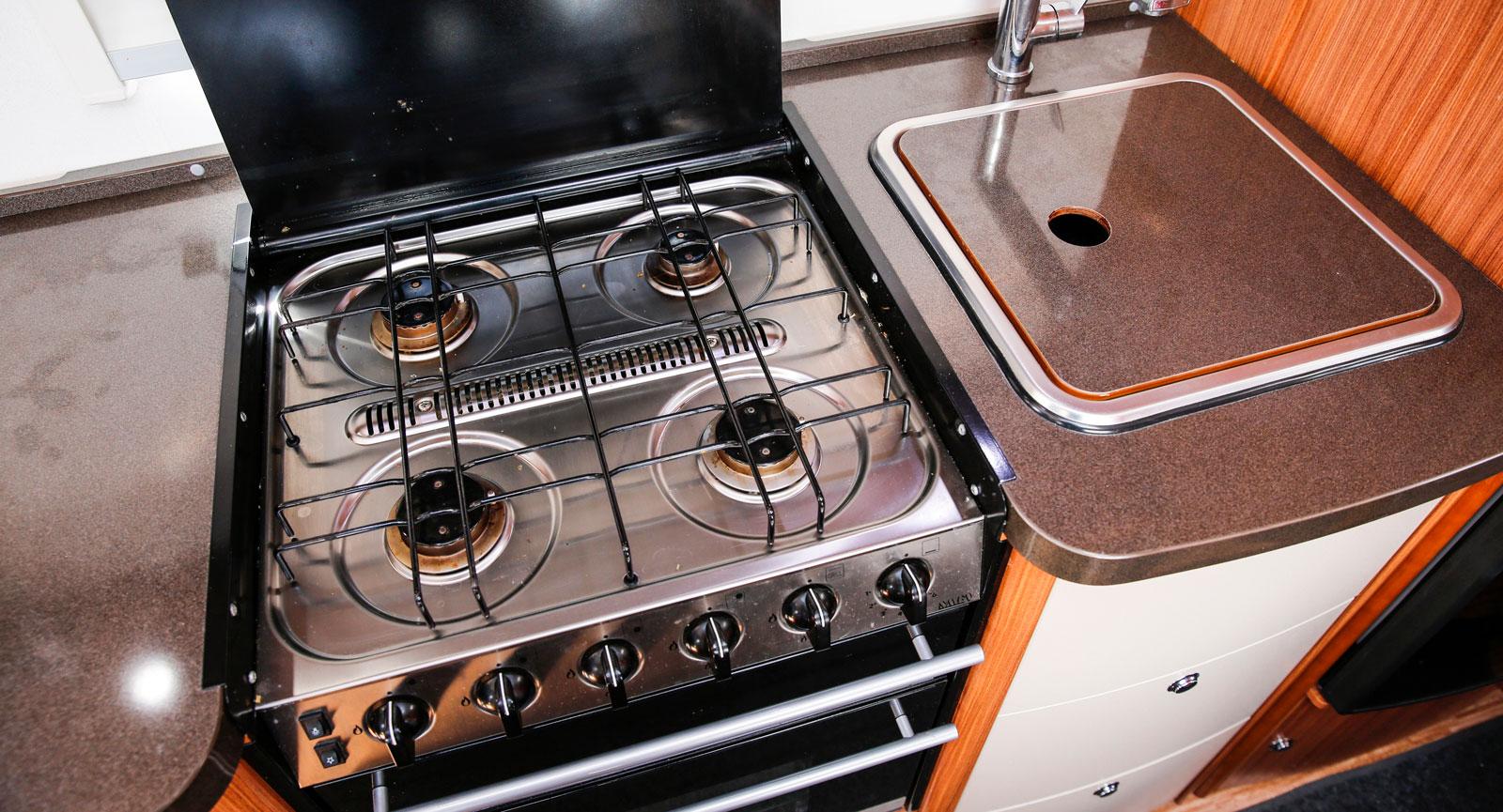 Fyra gasollågor, två ugnar och en stor vask lockar till matlagnings-äventyr i vagnen. Lucka till vasken ger extra arbetsyta.