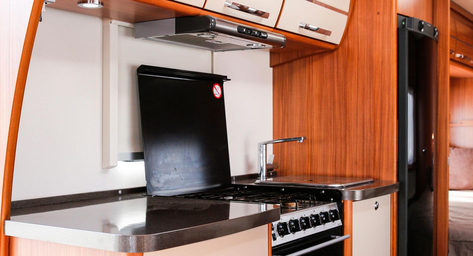 Köksdelen är rejält tilltagen och närheten till den lilla sittgruppen gör matlagningen mer social med möjlighet till samtal.