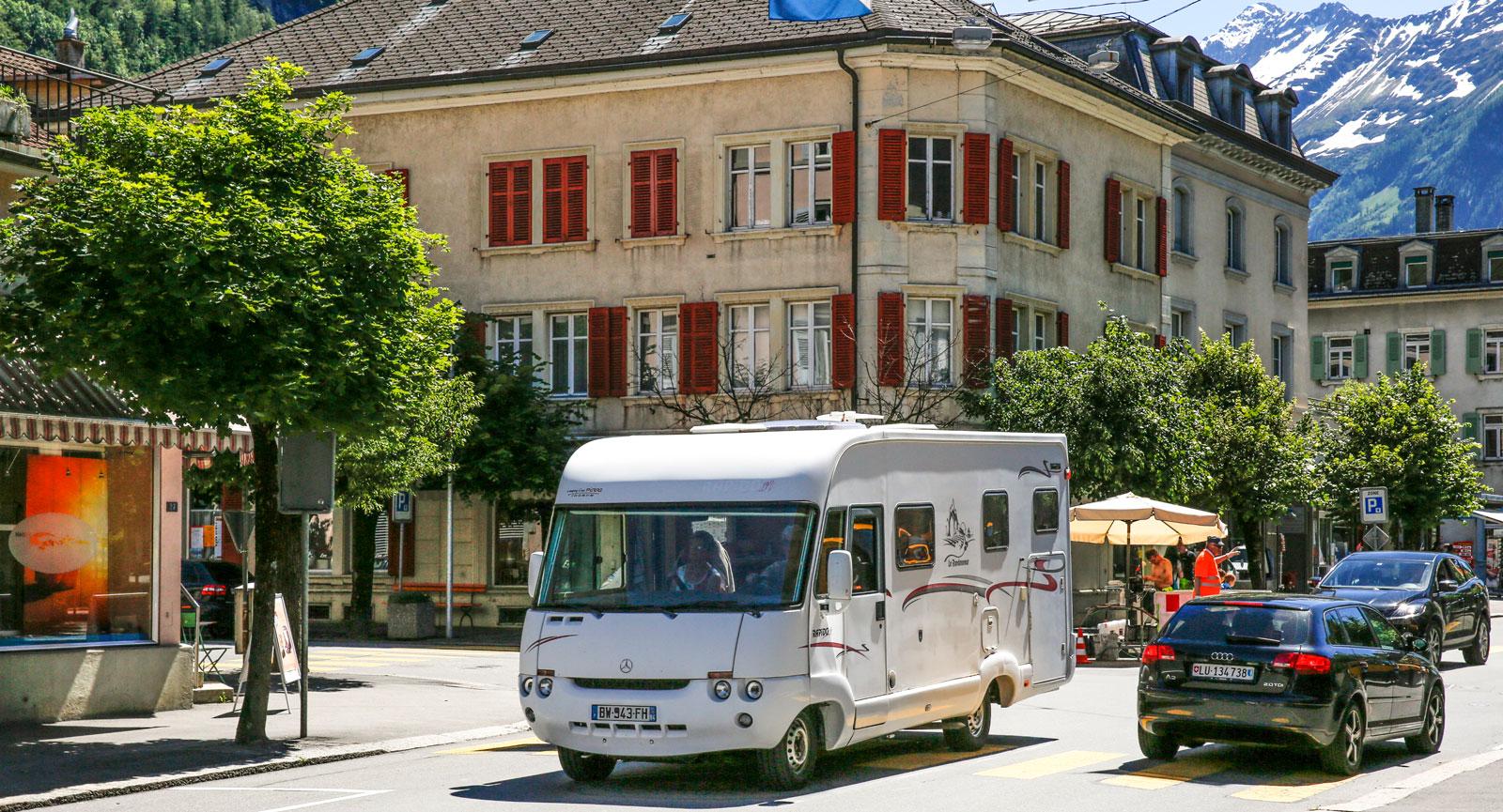 Det schweiziska alplandskapet är utmärkt att upptäcka med husbil.