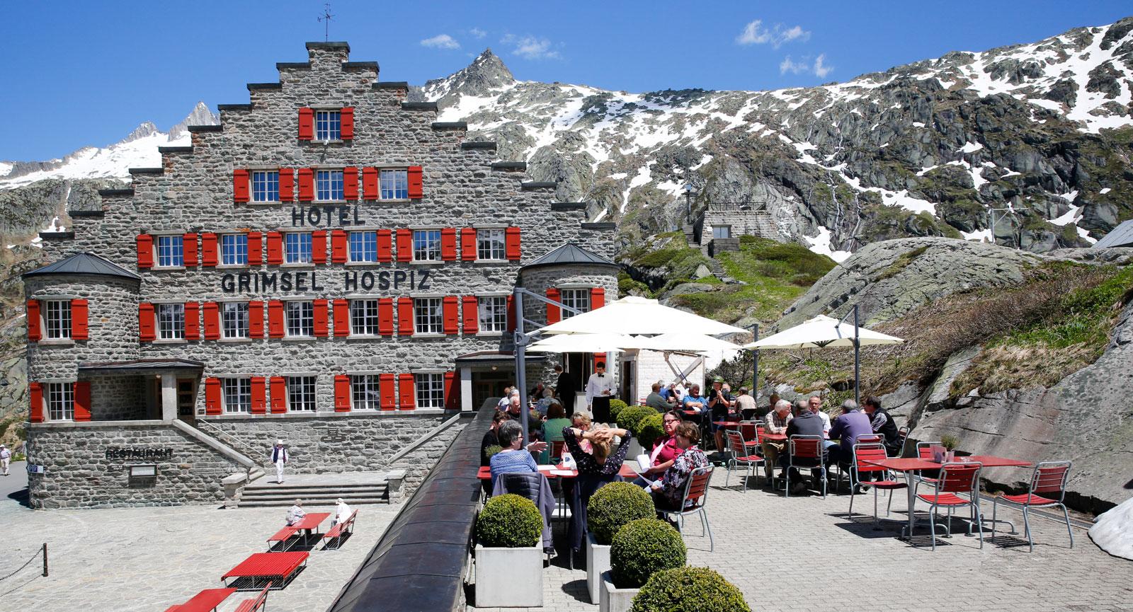 Hotel Grimsel Hospiz ligger vackert med utsikt över Alperna.