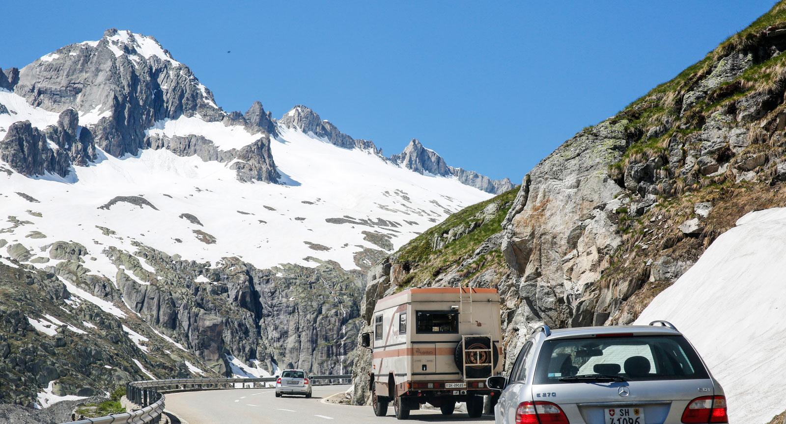 Vackra bergsvägar på väg söderut mot Italien.
