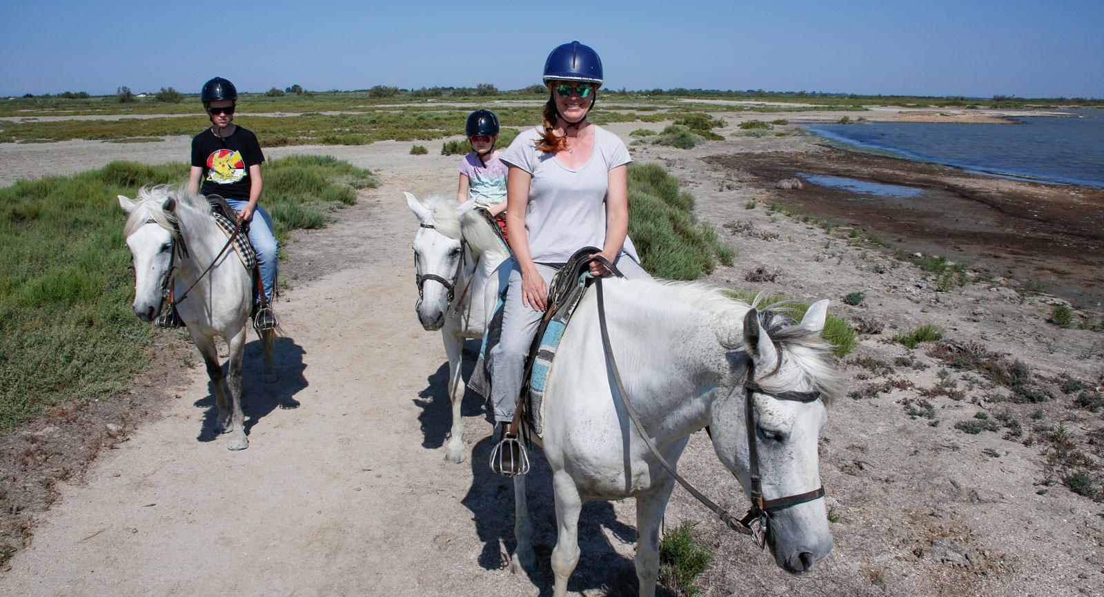 Ridturen uppskattades av hela familjen. Tempot anpassades allt eftersom barnen blev mer och mer trygga på hästryggen.
