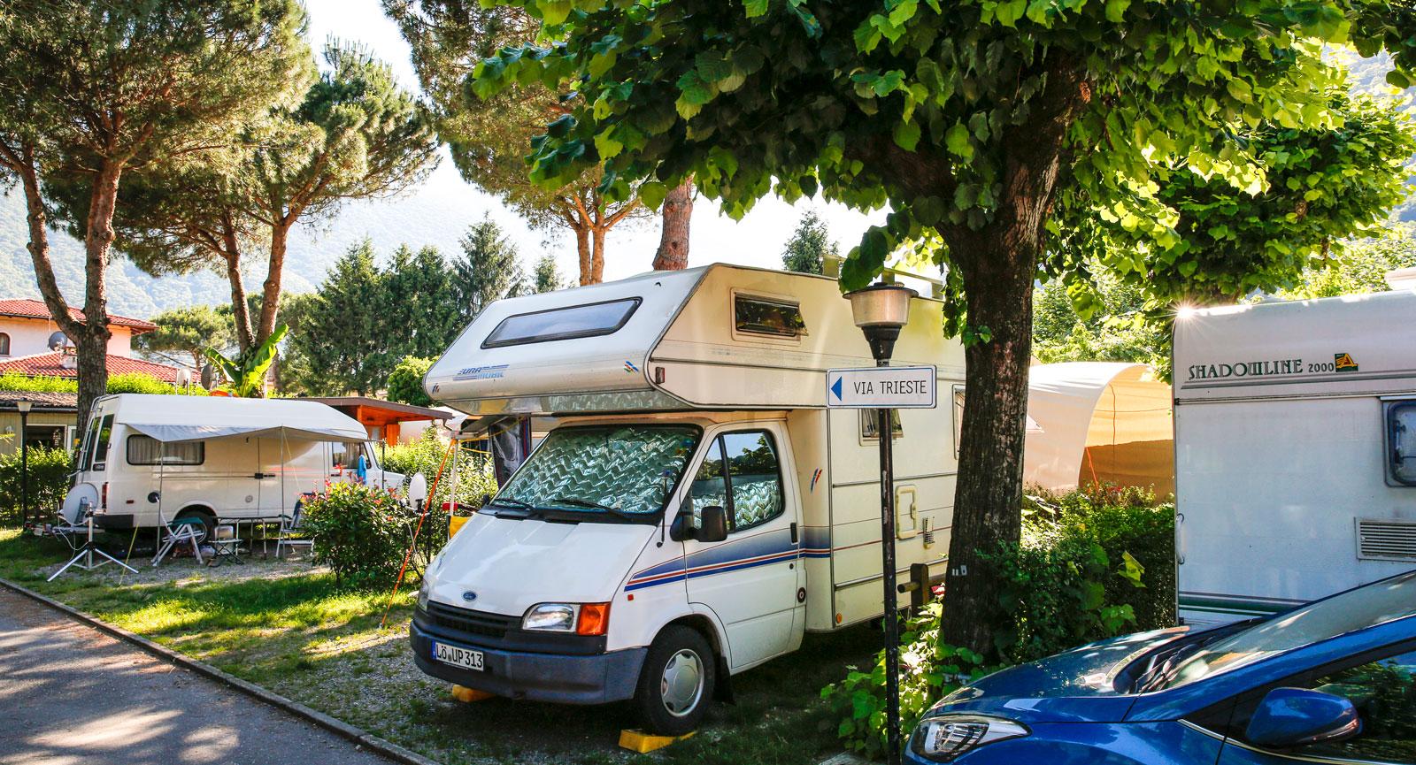 Det är trångt men mysigt på Camping Del Sole i Cannobio.