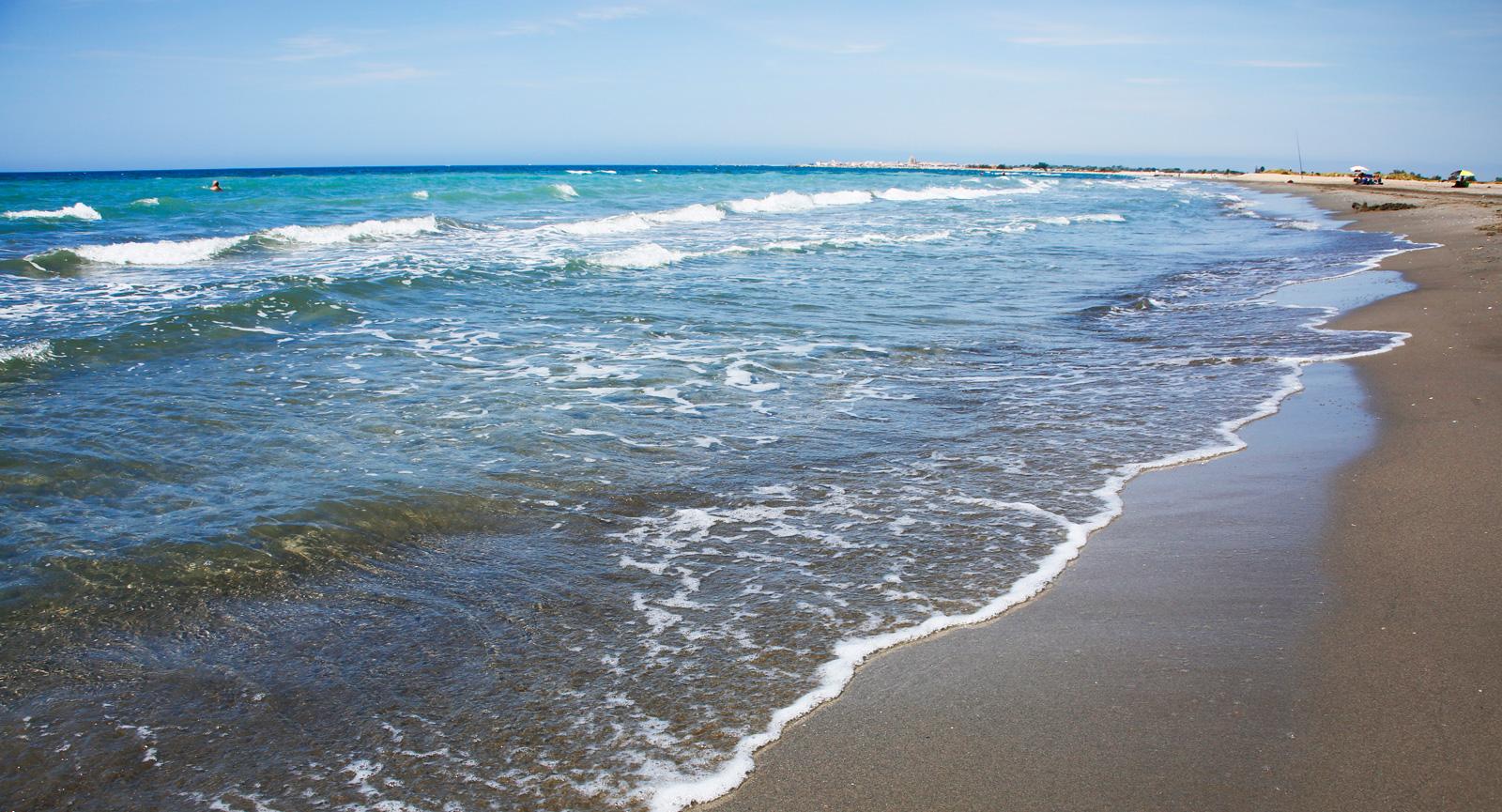 Längre in i bukten vid Plage de Beaduc är sandstranden bred.