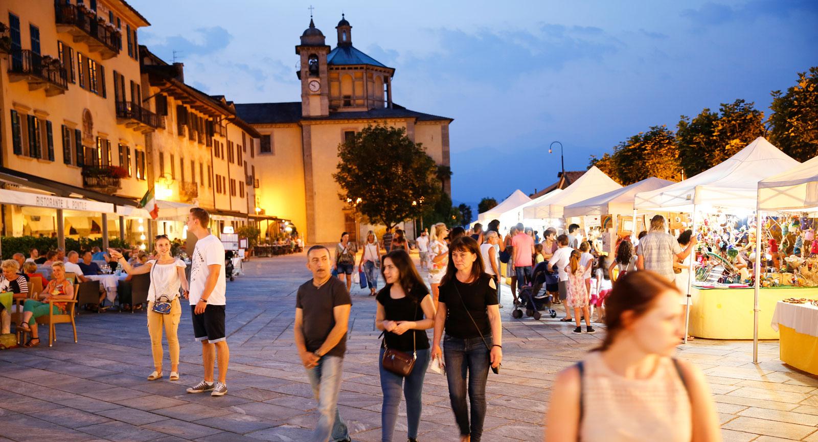 Helgmarknad på Piazzan i Cannobio.