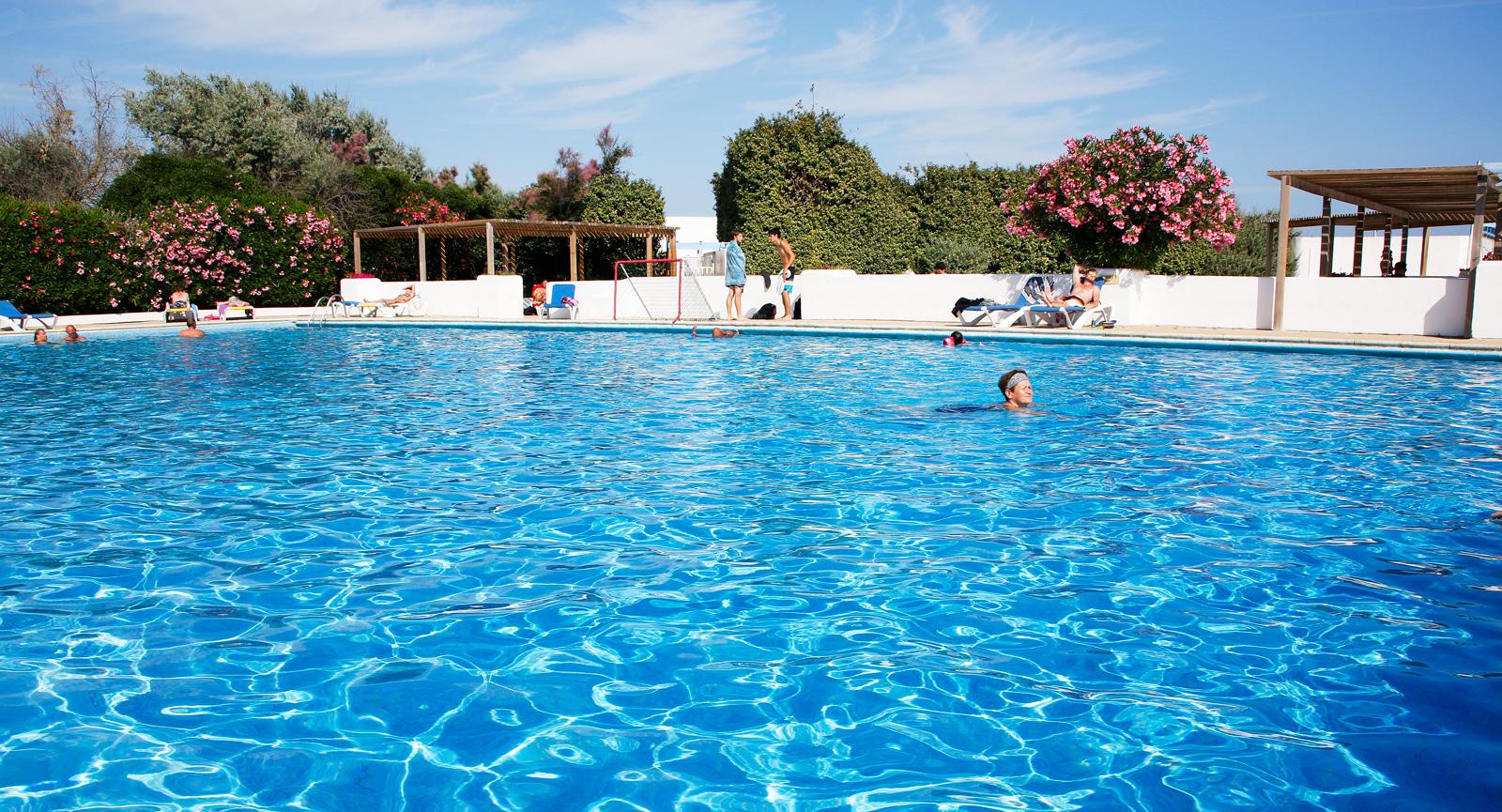 Det finns bra möjligheter till träningssim och rekreationsbad.